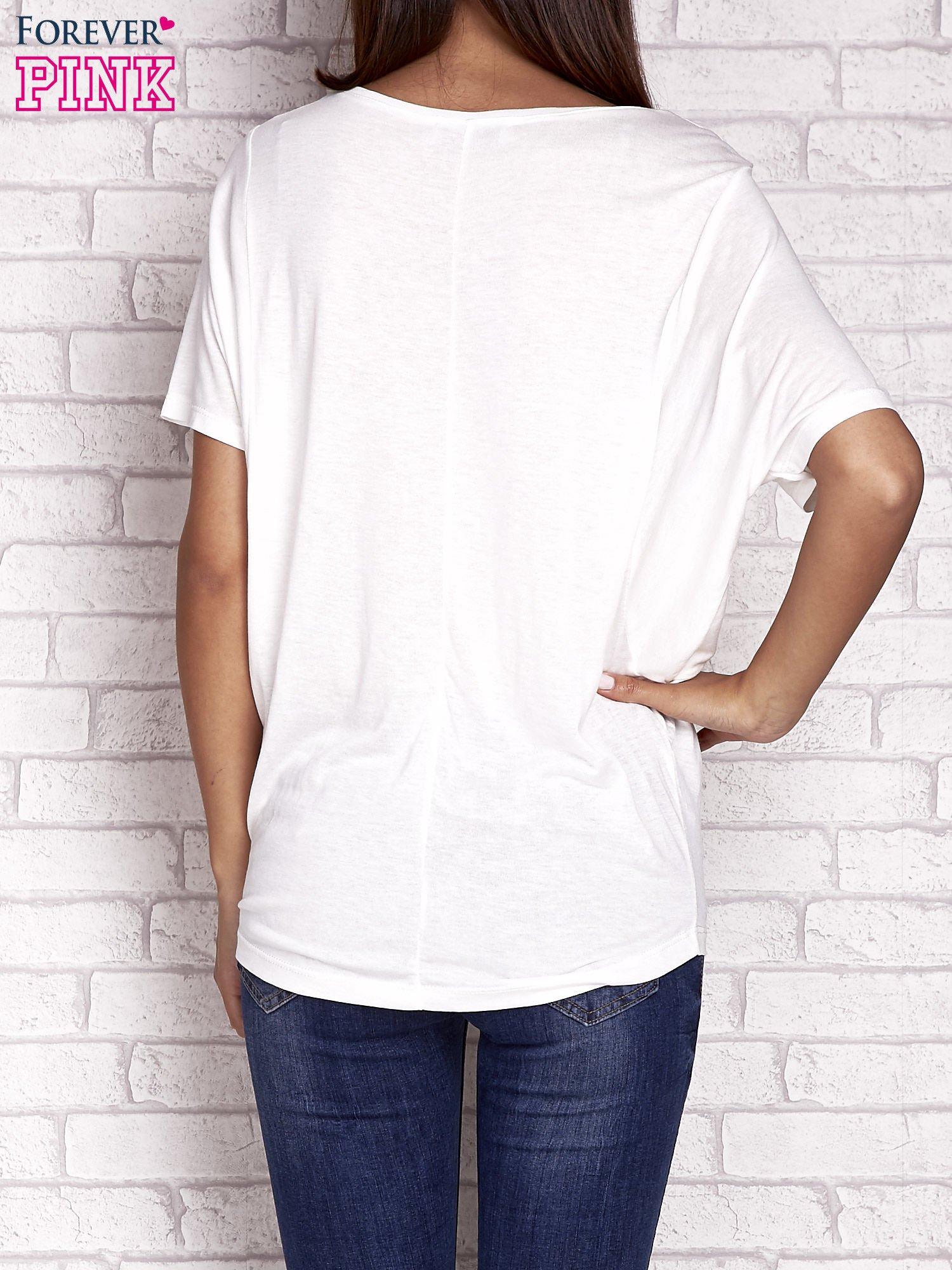 Ecru t-shirt z rękawami typu nietoperz i nadrukiem                                  zdj.                                  4