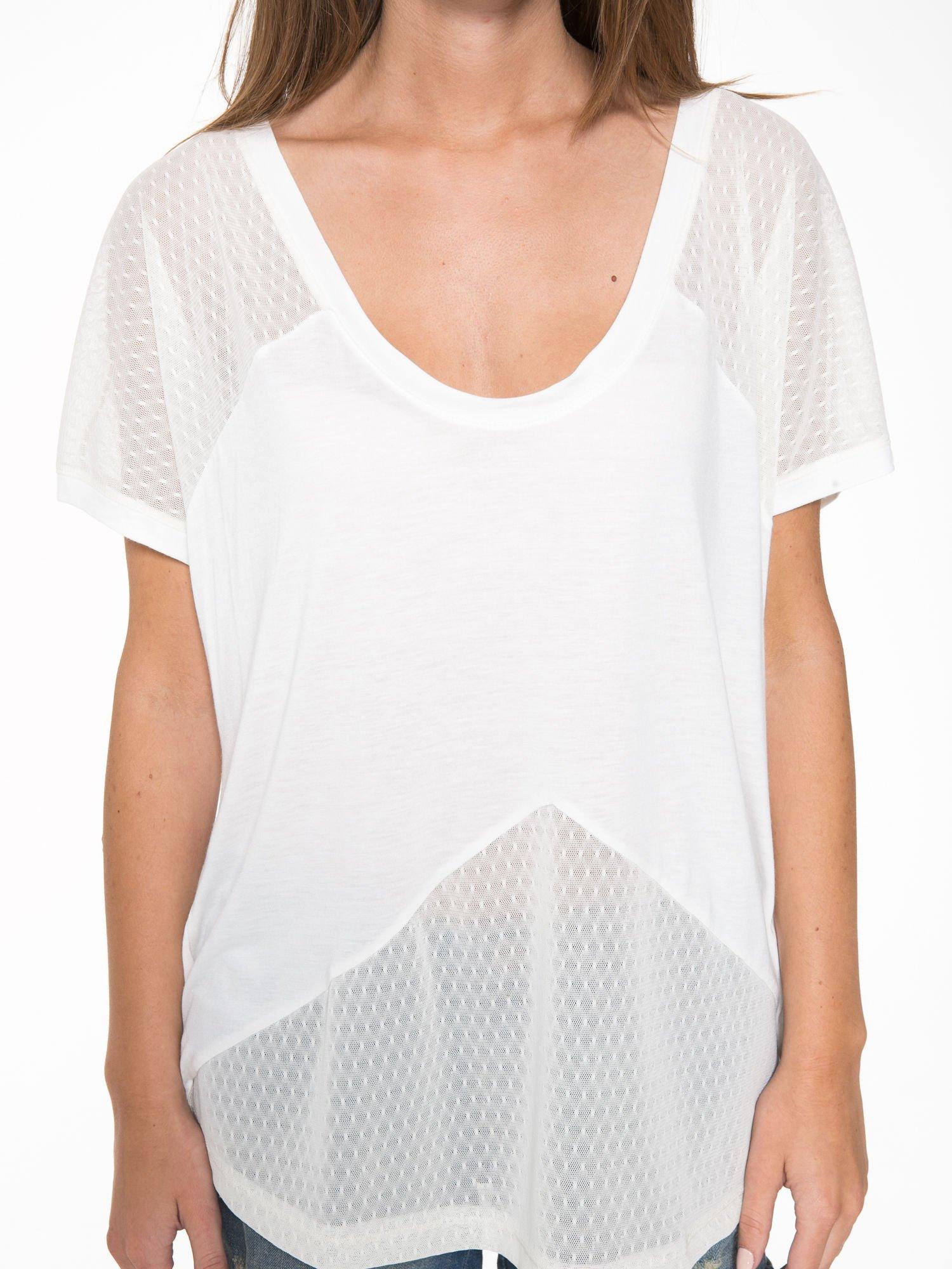 Ecru t-shirt z siateczkowymi wstawkami                                  zdj.                                  9