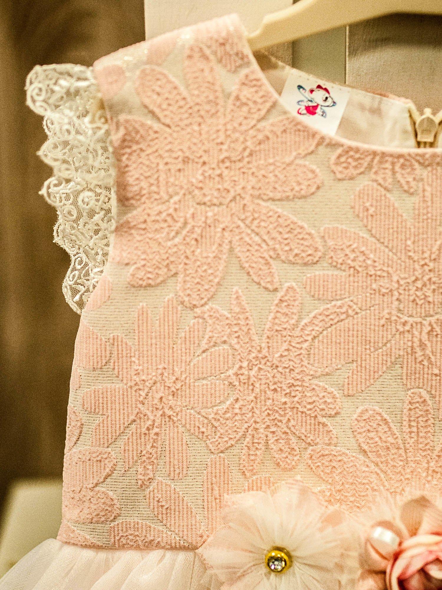 ddcd0ee57b 3  Elegancka sukienka dla dziewczynki z ozdobną broszką ecru - różowa ...