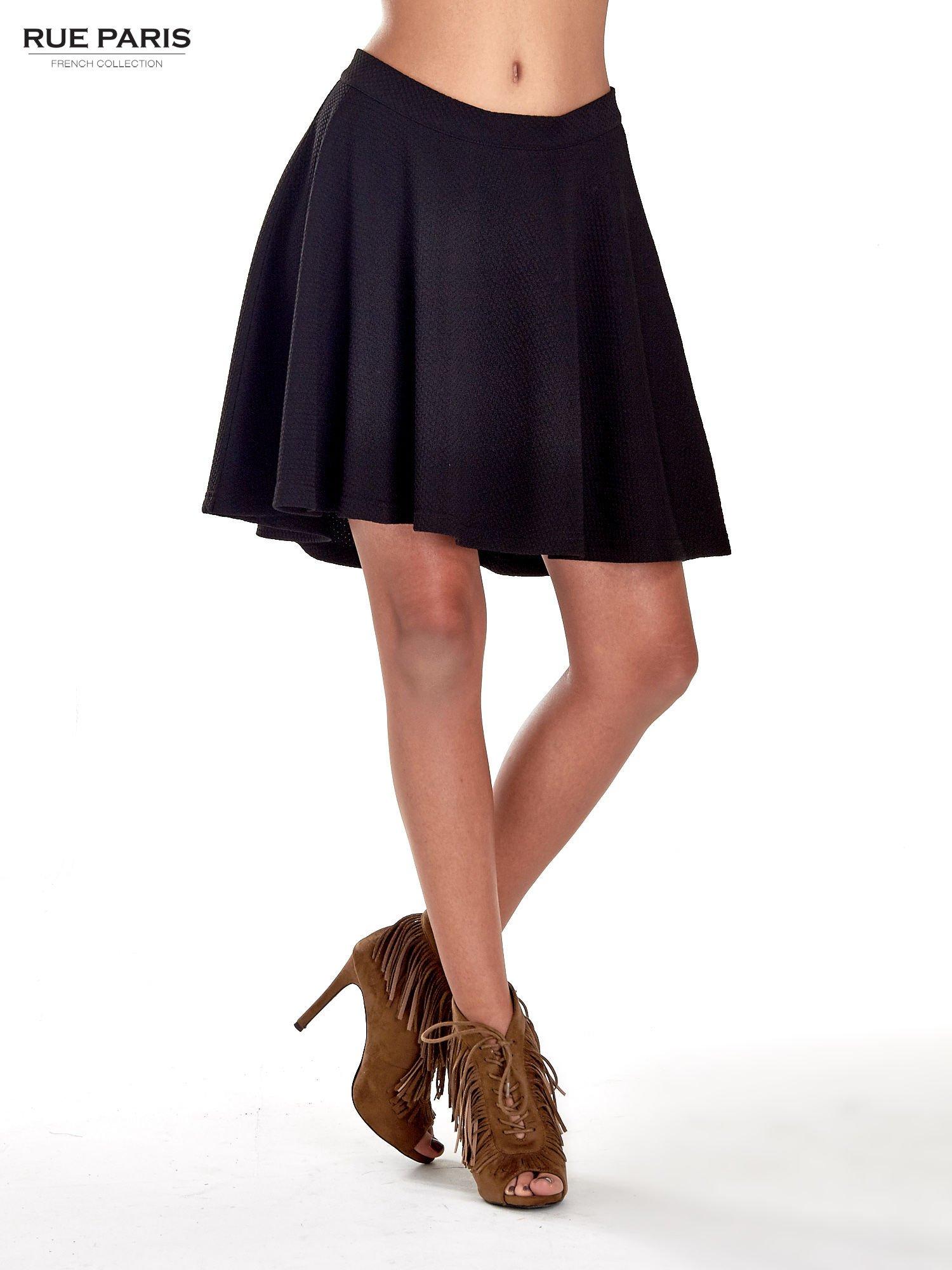 Fakturowana czarna spódnica z plisami i lekko wydłużonym tyłem                                  zdj.                                  1