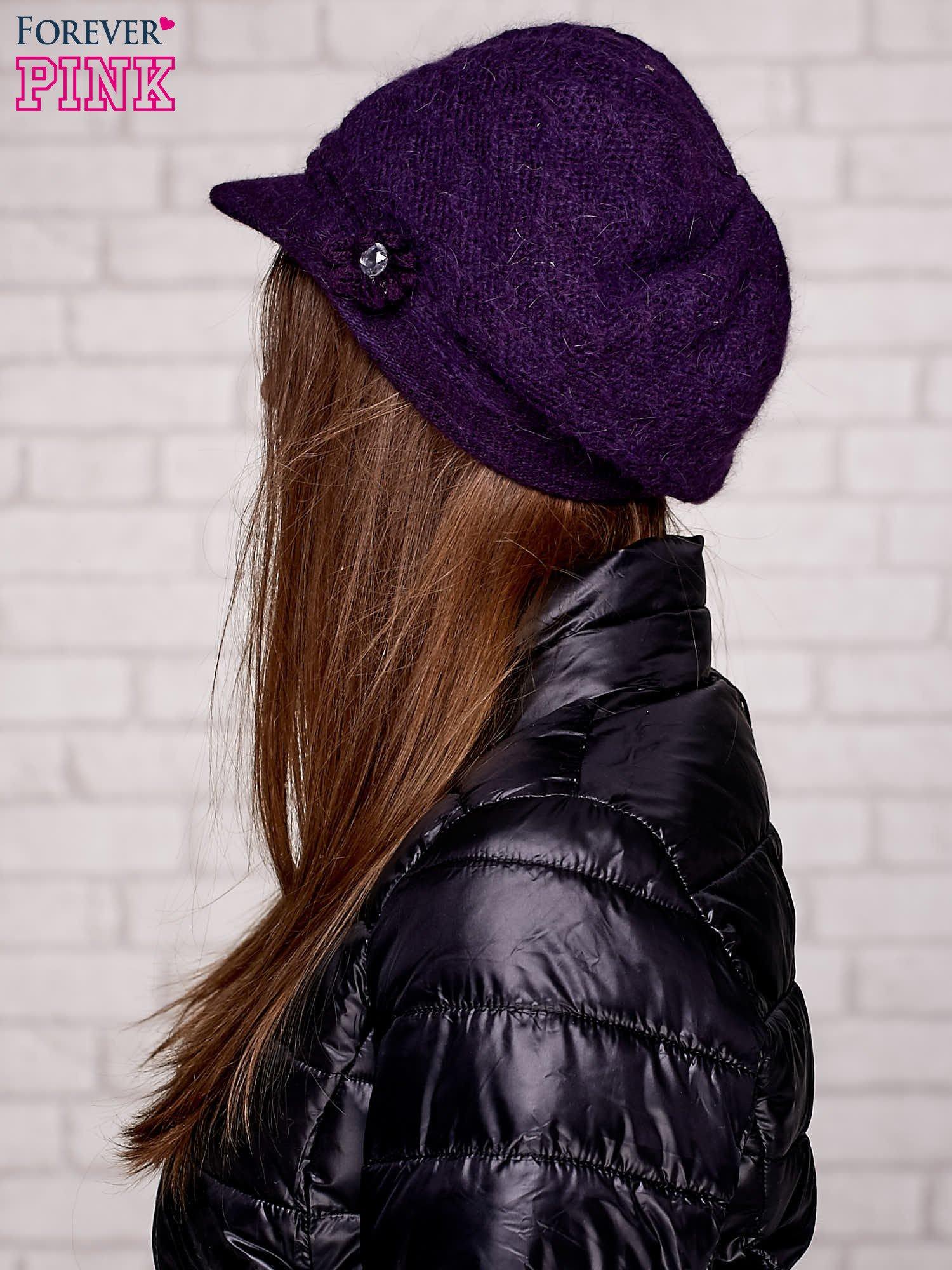 Fioletowa czapka z daszkiem i ozdobnym kwiatkiem                                  zdj.                                  2