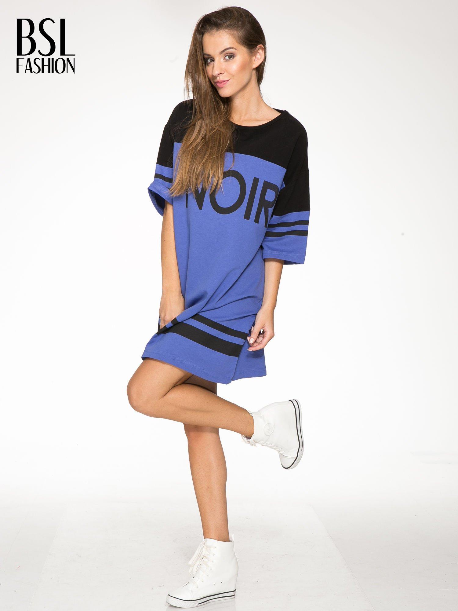 Fioletowa sukienka z napisem NOIR w stylu sportowym                                  zdj.                                  2