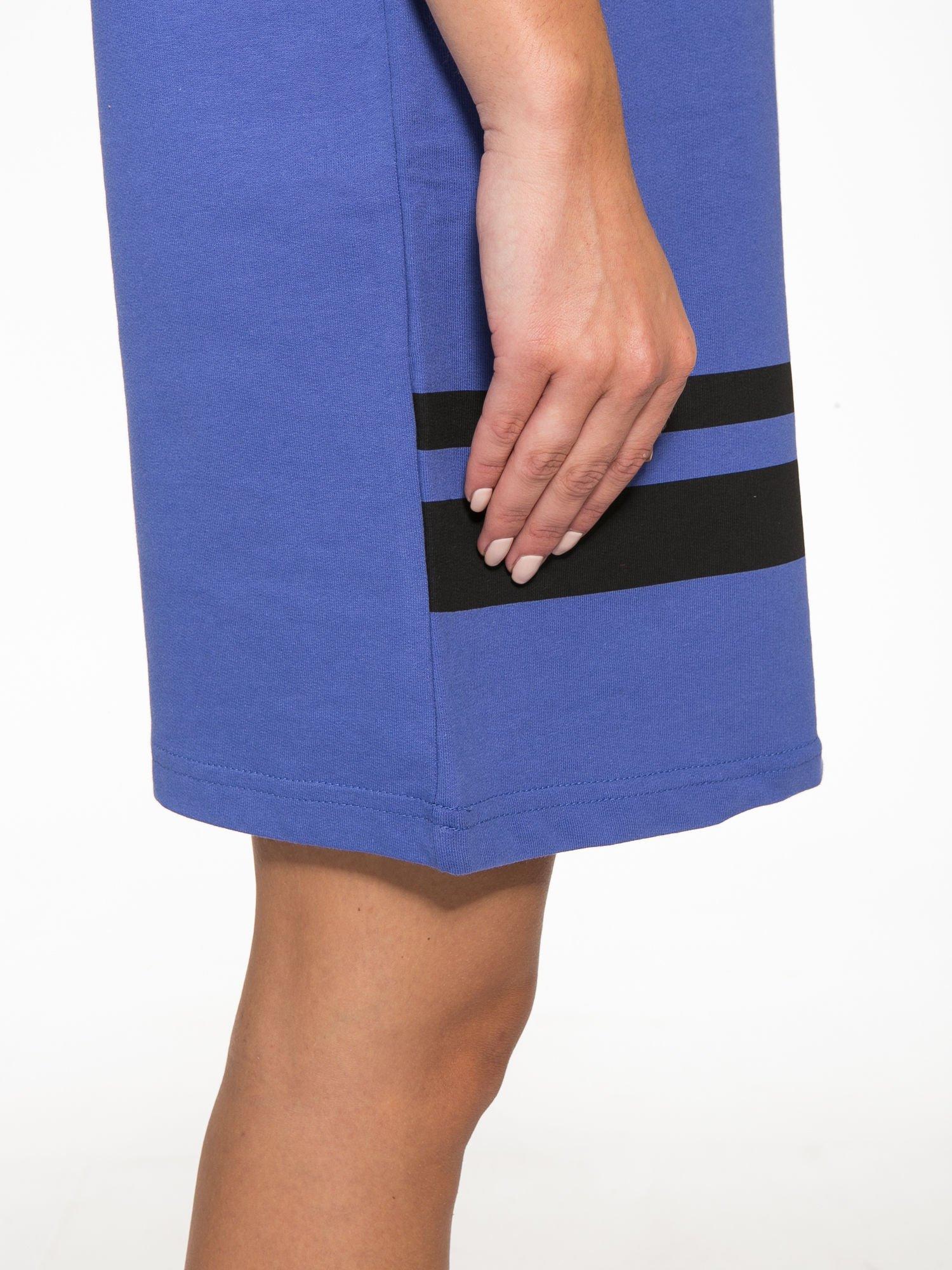 Fioletowa sukienka z napisem NOIR w stylu sportowym                                  zdj.                                  10