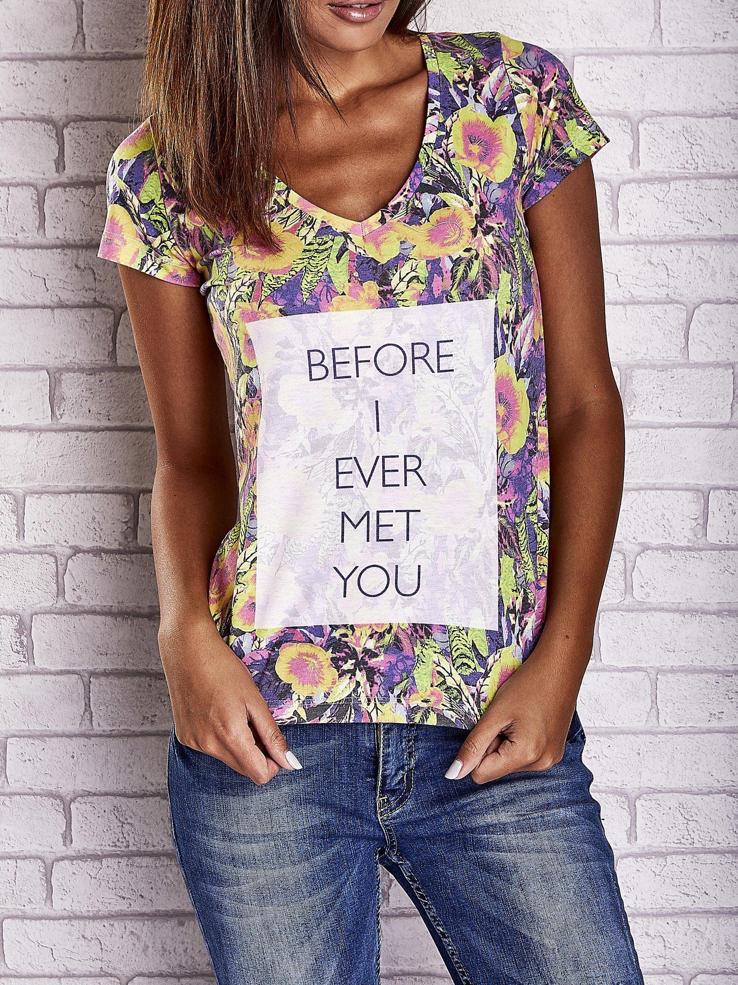 Fioletowy t-shirt w kwiaty z napisem BEFORE I EVER MET YOU                                  zdj.                                  1