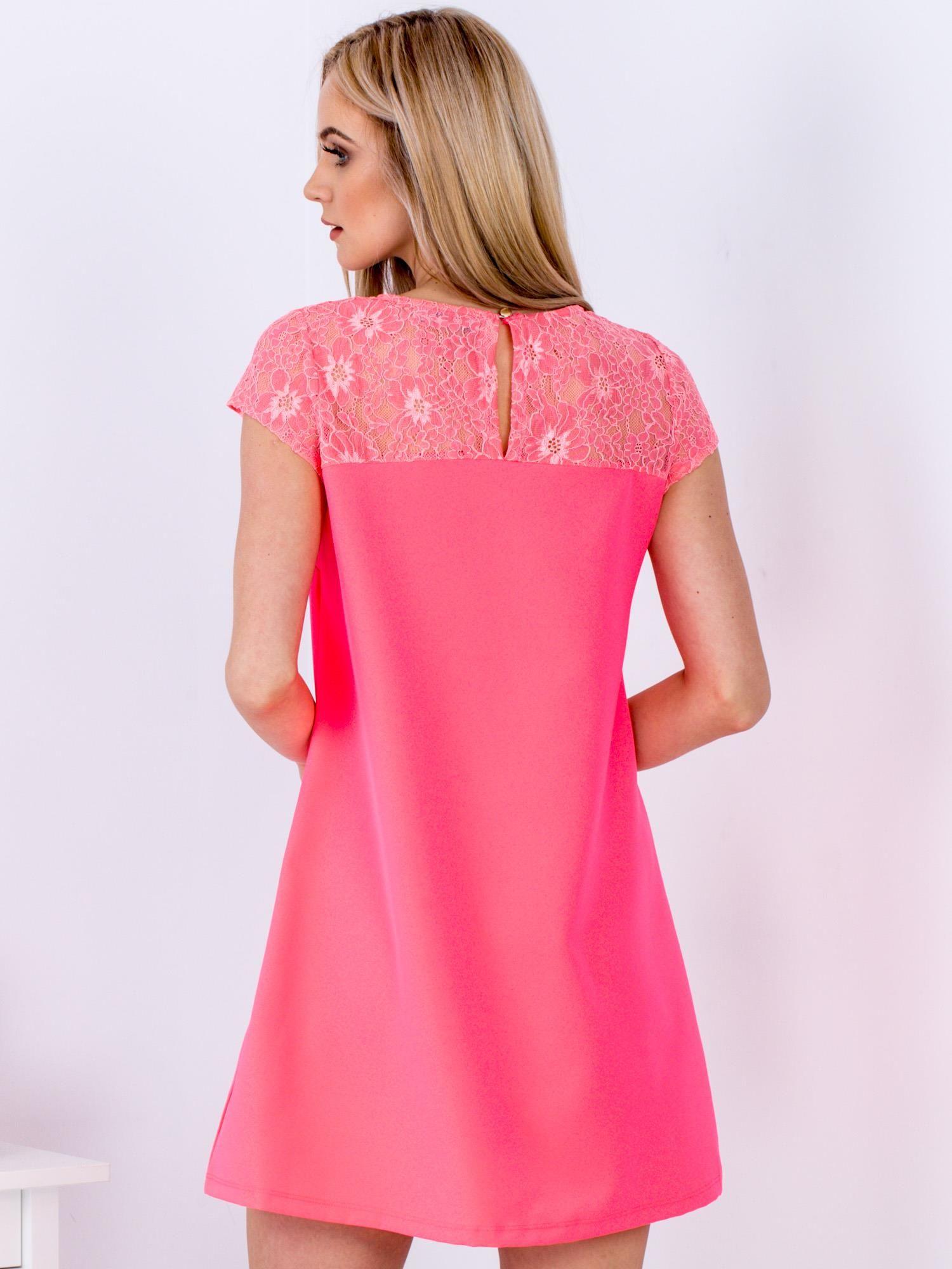 847328171e Fluo różowa trapezowa sukienka z koronkową górą - Sukienka koktajlowa -  sklep eButik.pl
