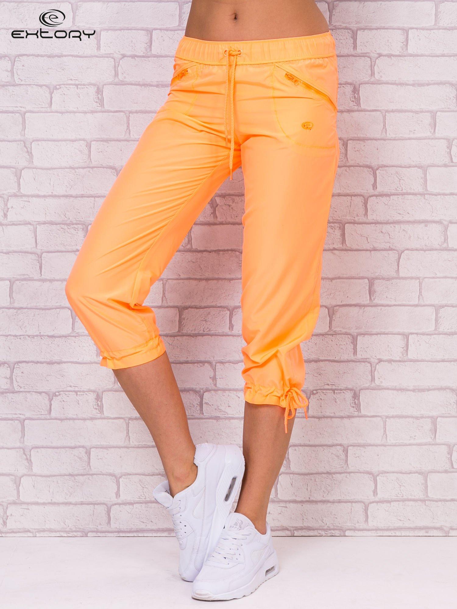 Fluopomarańczowe spodnie sportowe capri z wiązaniem                                  zdj.                                  1