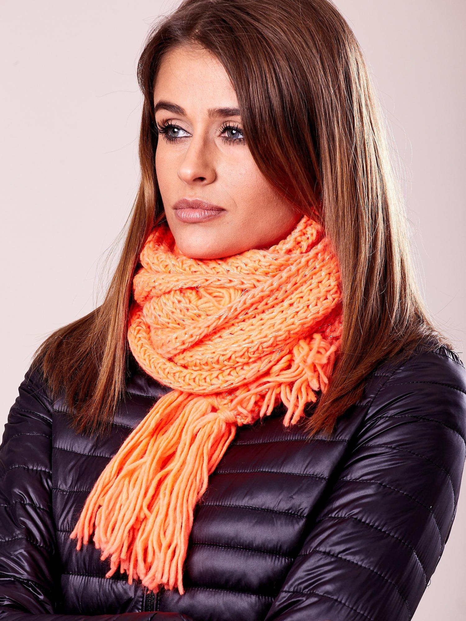 Fluopomarańczowy szalik damski z błyszczącą nitką i frędzlami                                  zdj.                                  1