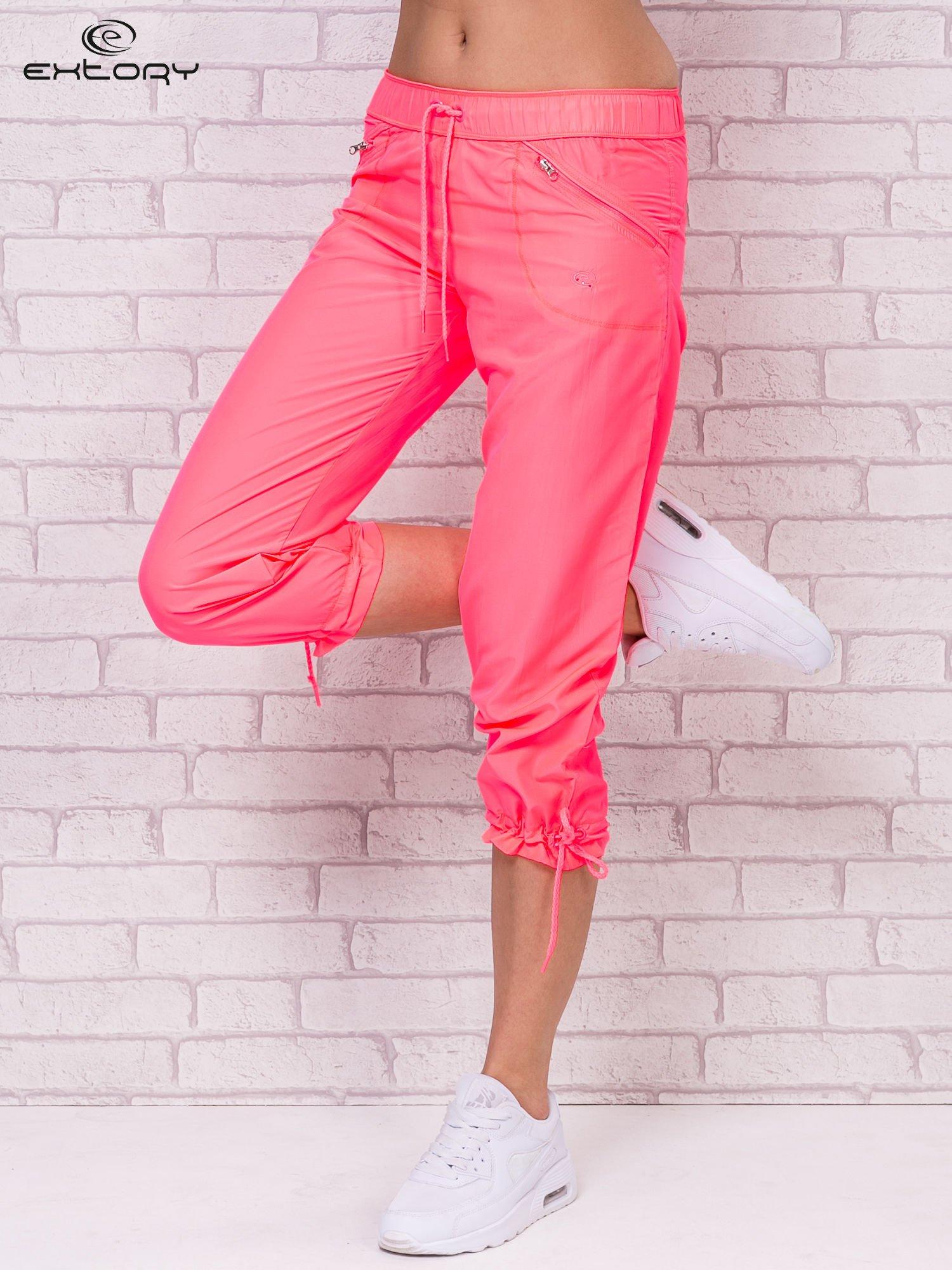 Fluoróżowe spodnie sportowe capri z wiązaniem                                  zdj.                                  1