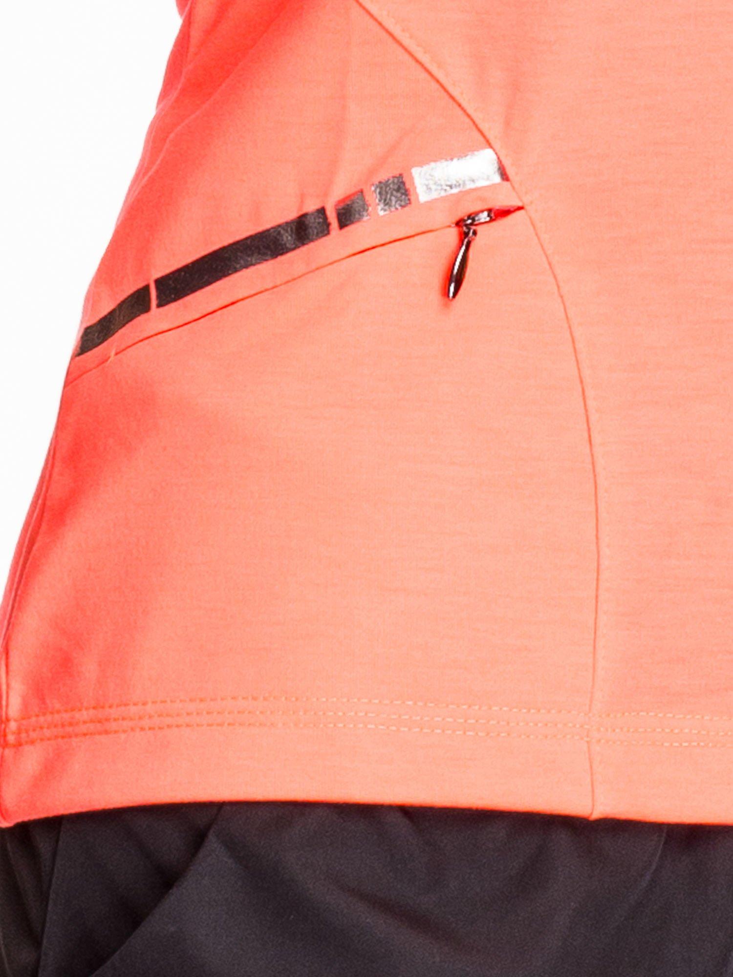 Fluoróżowy t-shirt sportowy z kieszonką i metalicznym nadrukiem                                  zdj.                                  5