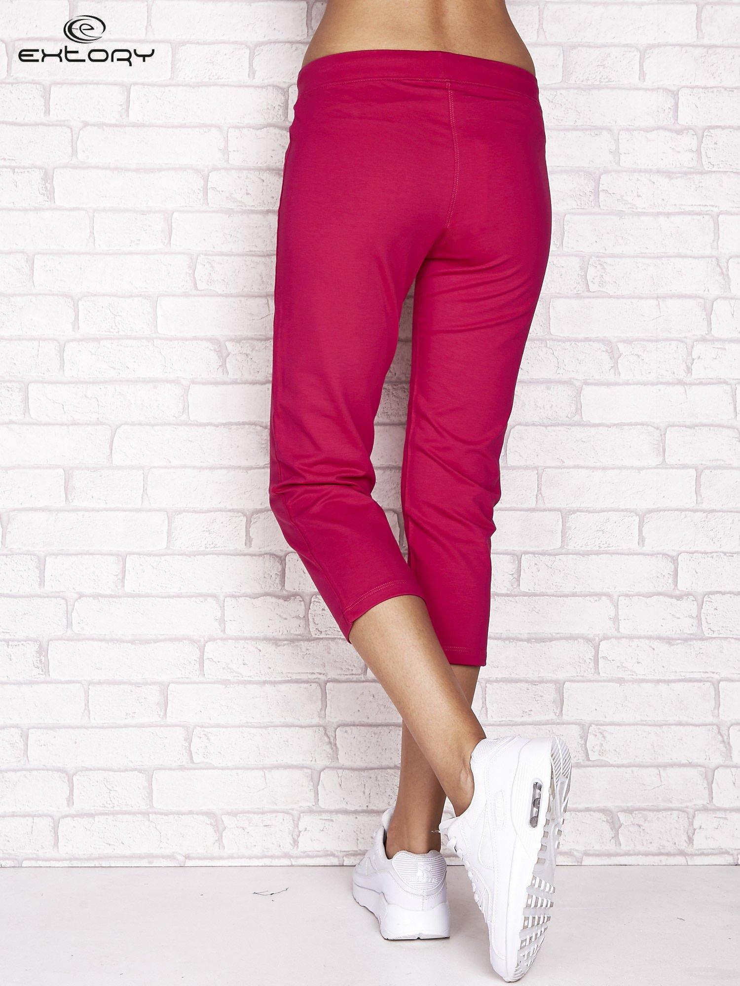 Fuksjowe spodnie dresowe capri z wszytymi kieszonkami                                  zdj.                                  3