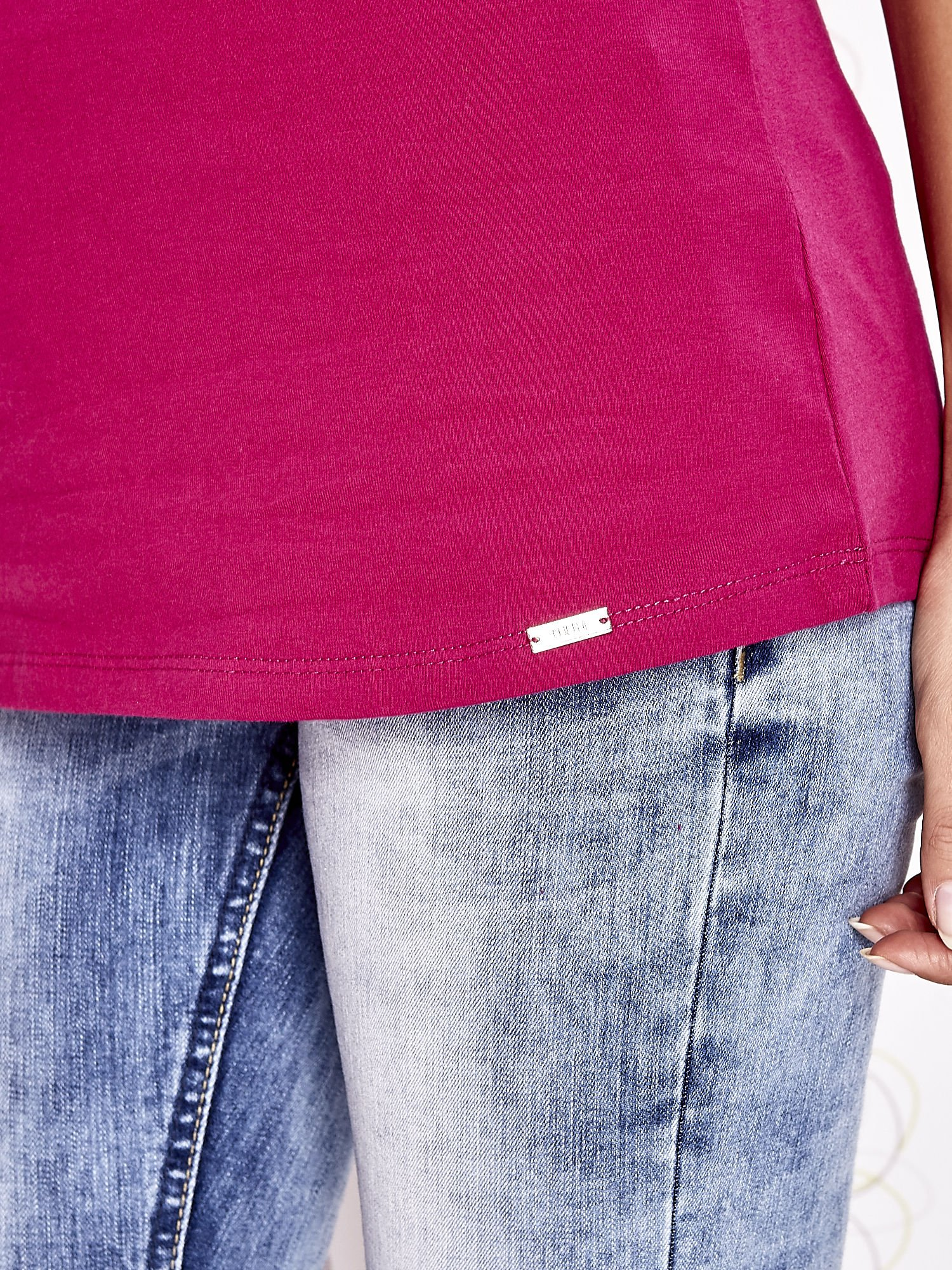 Fuksjowy t-shirt z koronkowym wykończeniem rękawów                                  zdj.                                  6