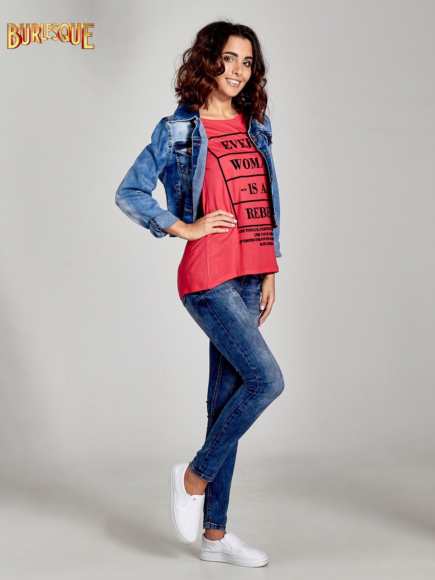 Fuksjowy t-shirt z napisem EVERY WOMAN IS A REBEL                                  zdj.                                  2