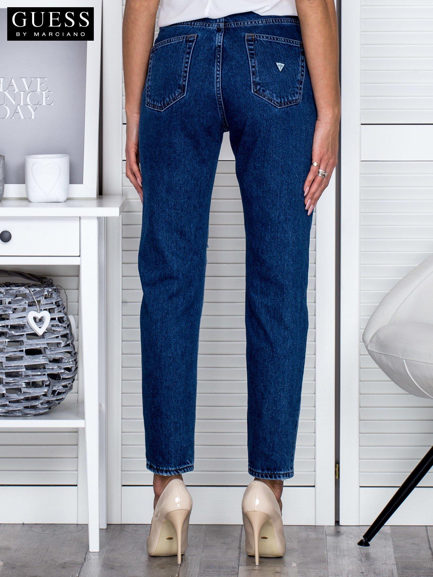 1f9314af831dd GUESS Niebieskie spodnie boyfirend z przedarciem - Spodnie jeansowe ...