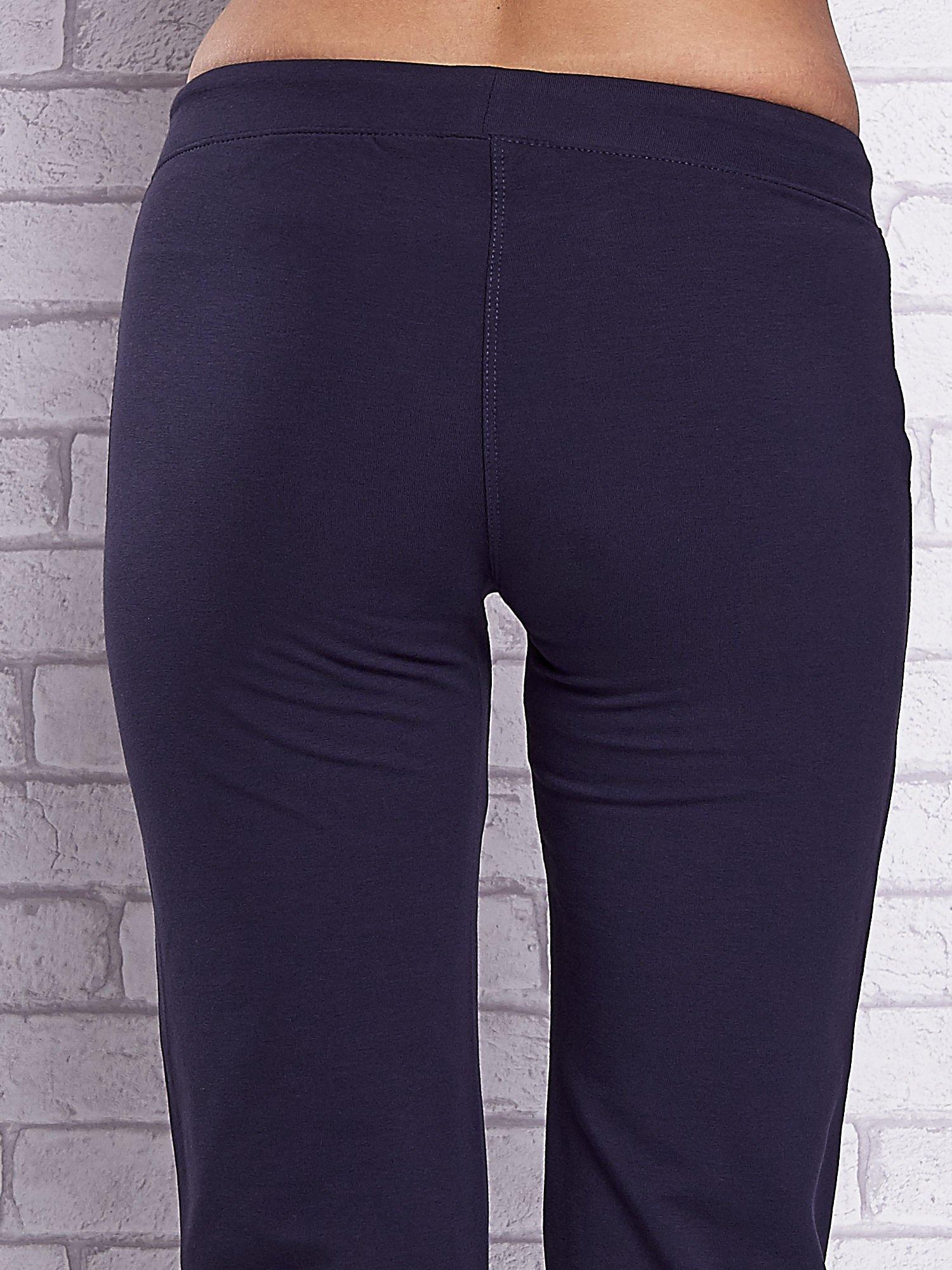 Grafitowe spodnie capri z prostymi nogawkami                                  zdj.                                  6