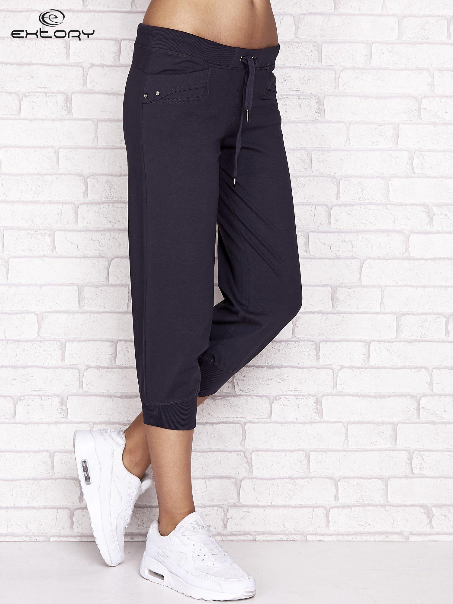 Grafitowe spodnie dresowe capri z aplikacją na kieszeniach                                  zdj.                                  1