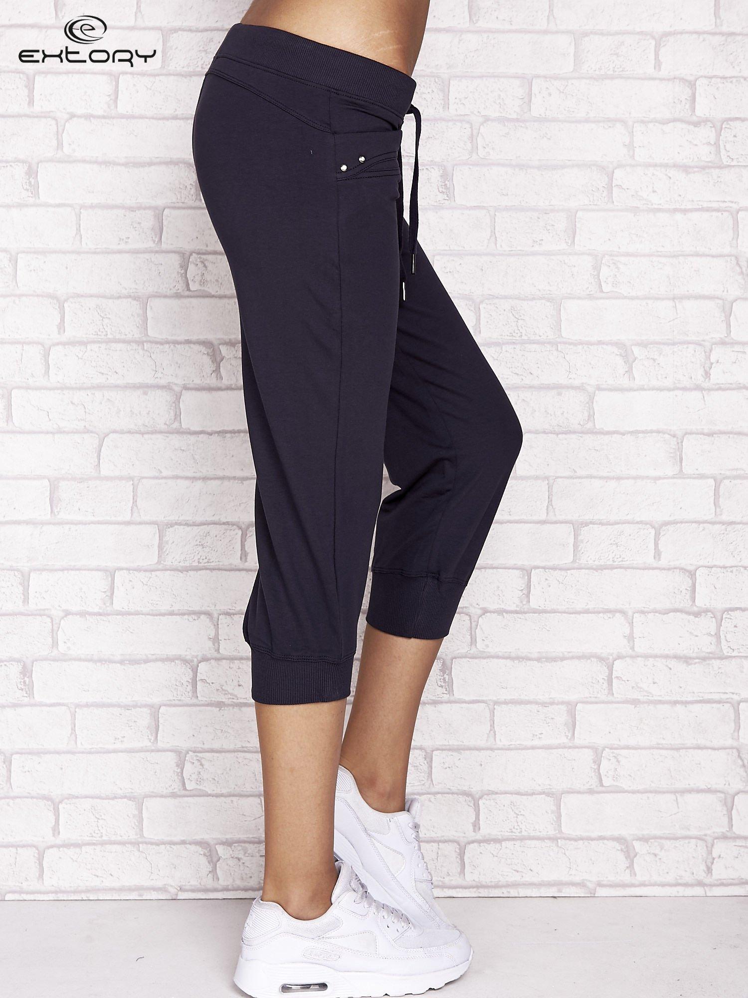 Grafitowe spodnie dresowe capri z dżetami na kieszeniach                                  zdj.                                  3