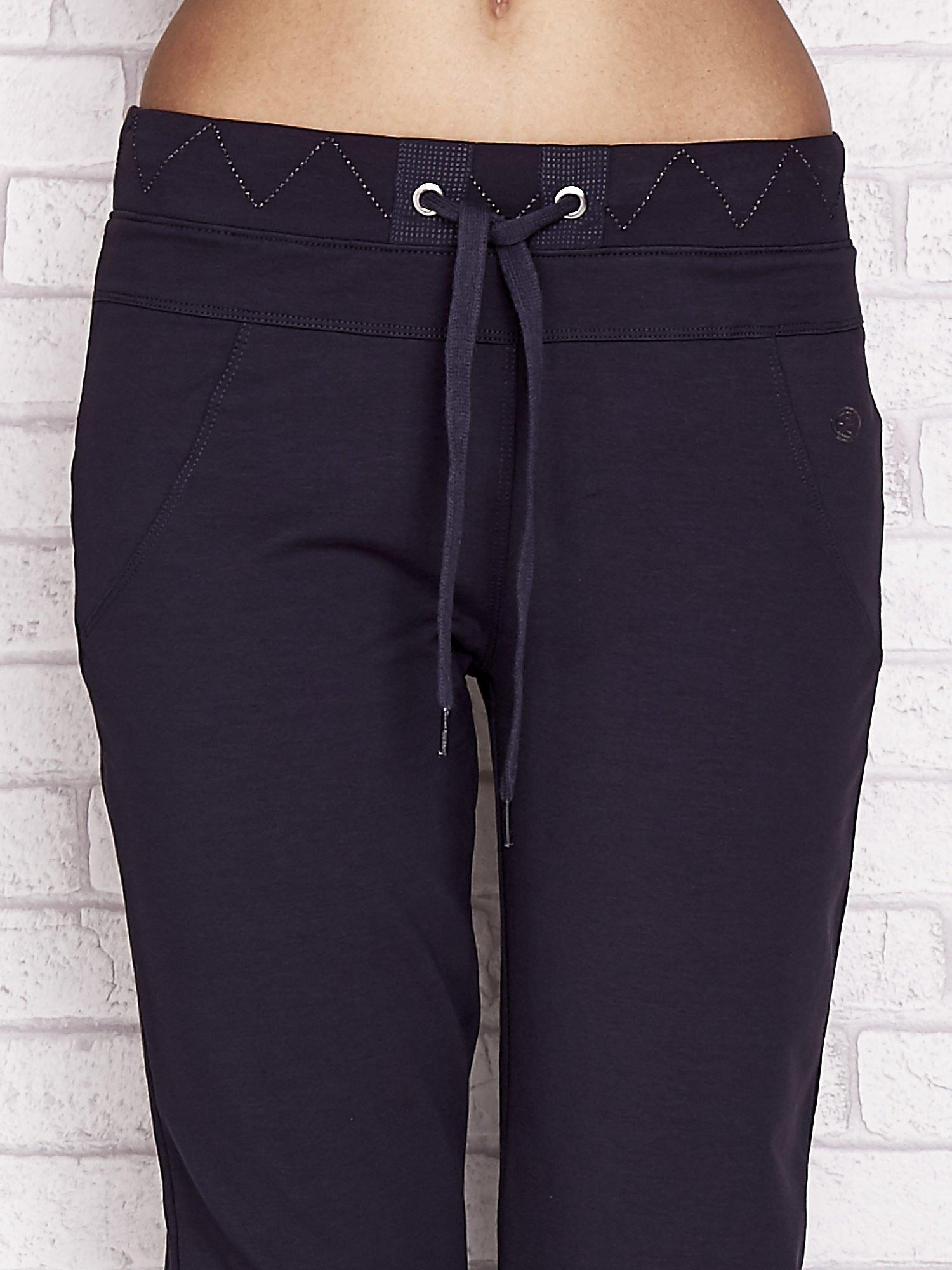 Grafitowe spodnie dresowe capri z ozdobnym przeszyciem w pasie                                  zdj.                                  4