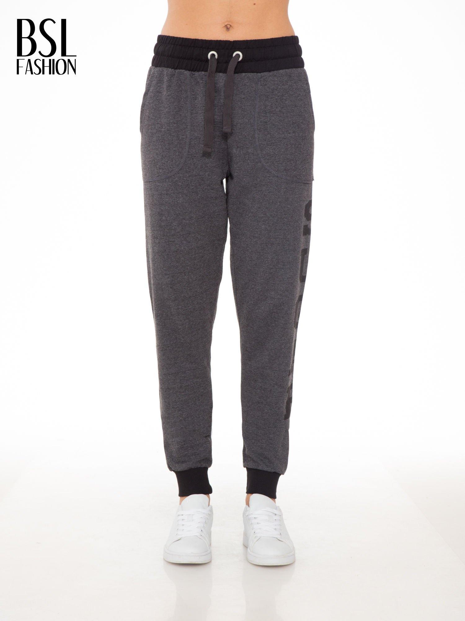 Grafitowe spodnie dresowe z nadrukiem SUGAR po boku nogawki                                  zdj.                                  1