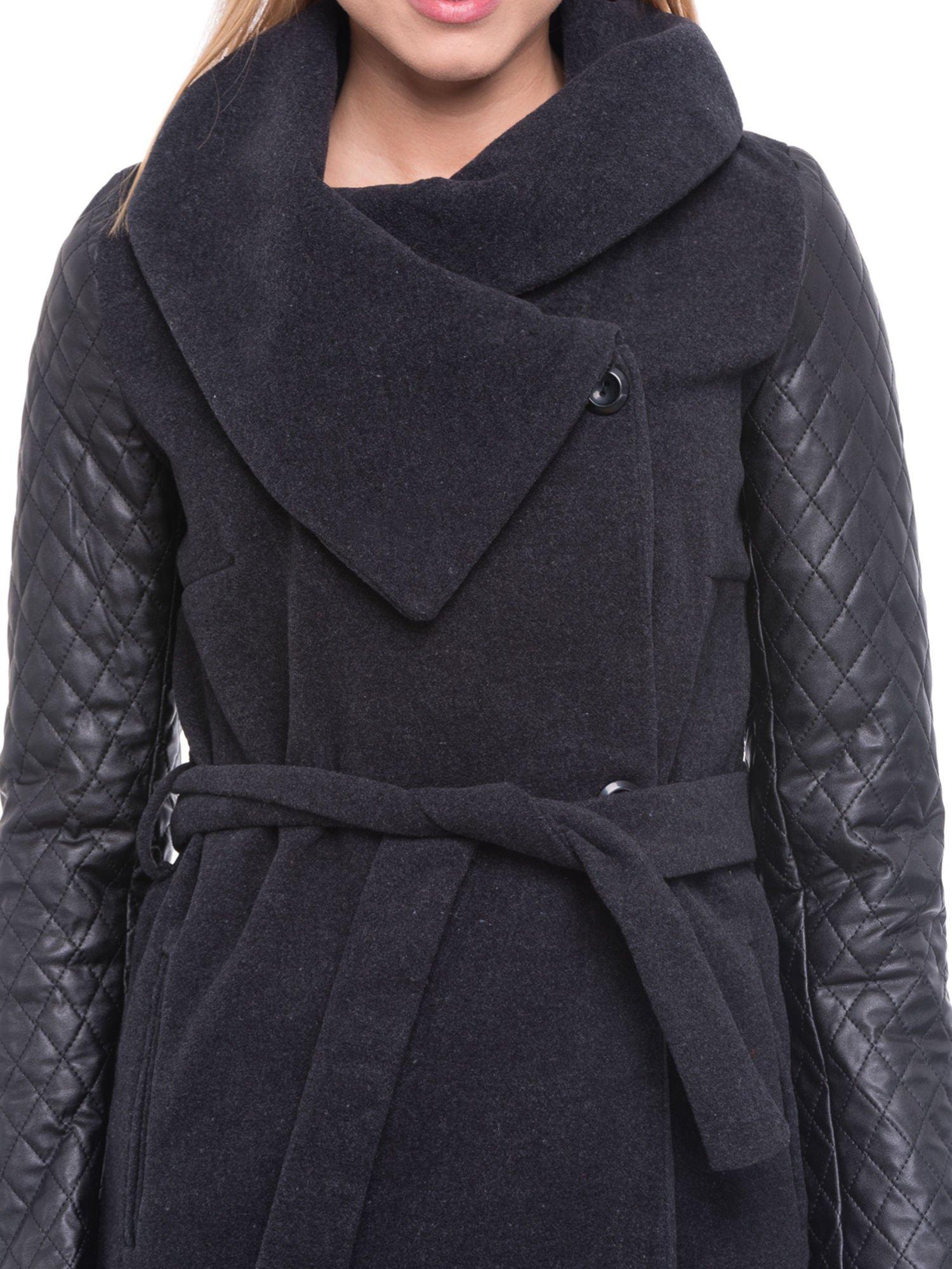 Grafitowy płaszcz ze skórzanymi pikowanymi rękawami                                  zdj.                                  5