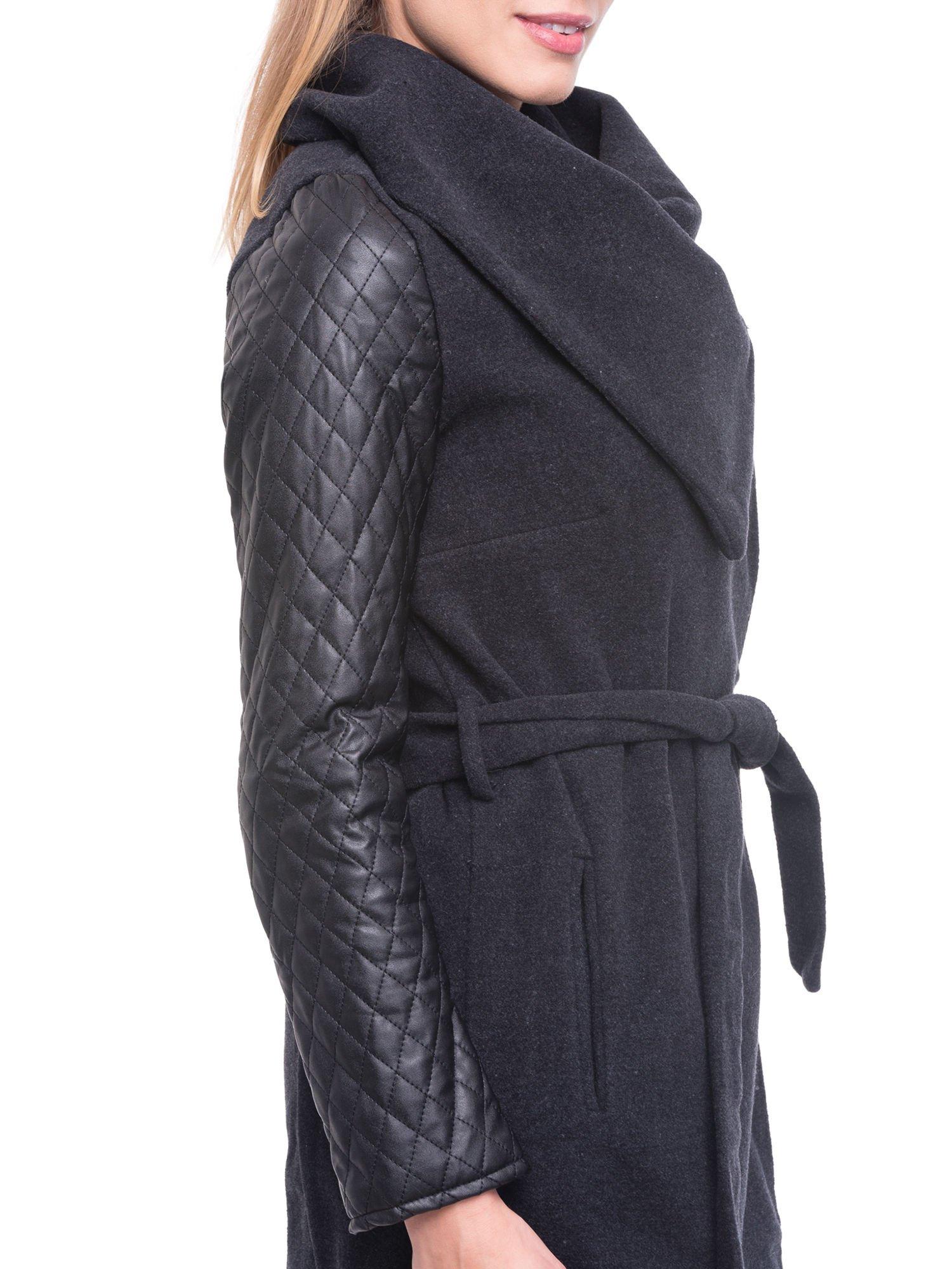 Grafitowy płaszcz ze skórzanymi pikowanymi rękawami                                  zdj.                                  6