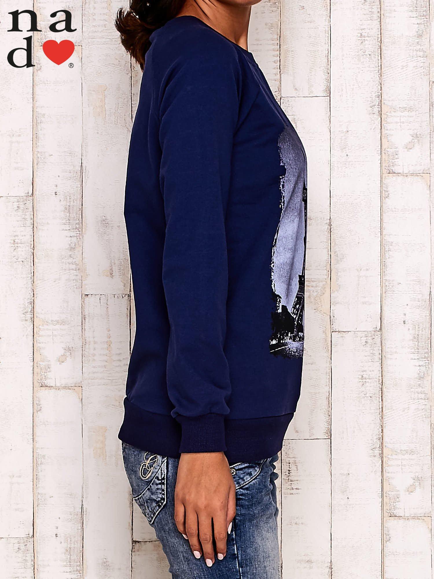 Granatowa bluza z motywem Wieży Eiffla                                  zdj.                                  3