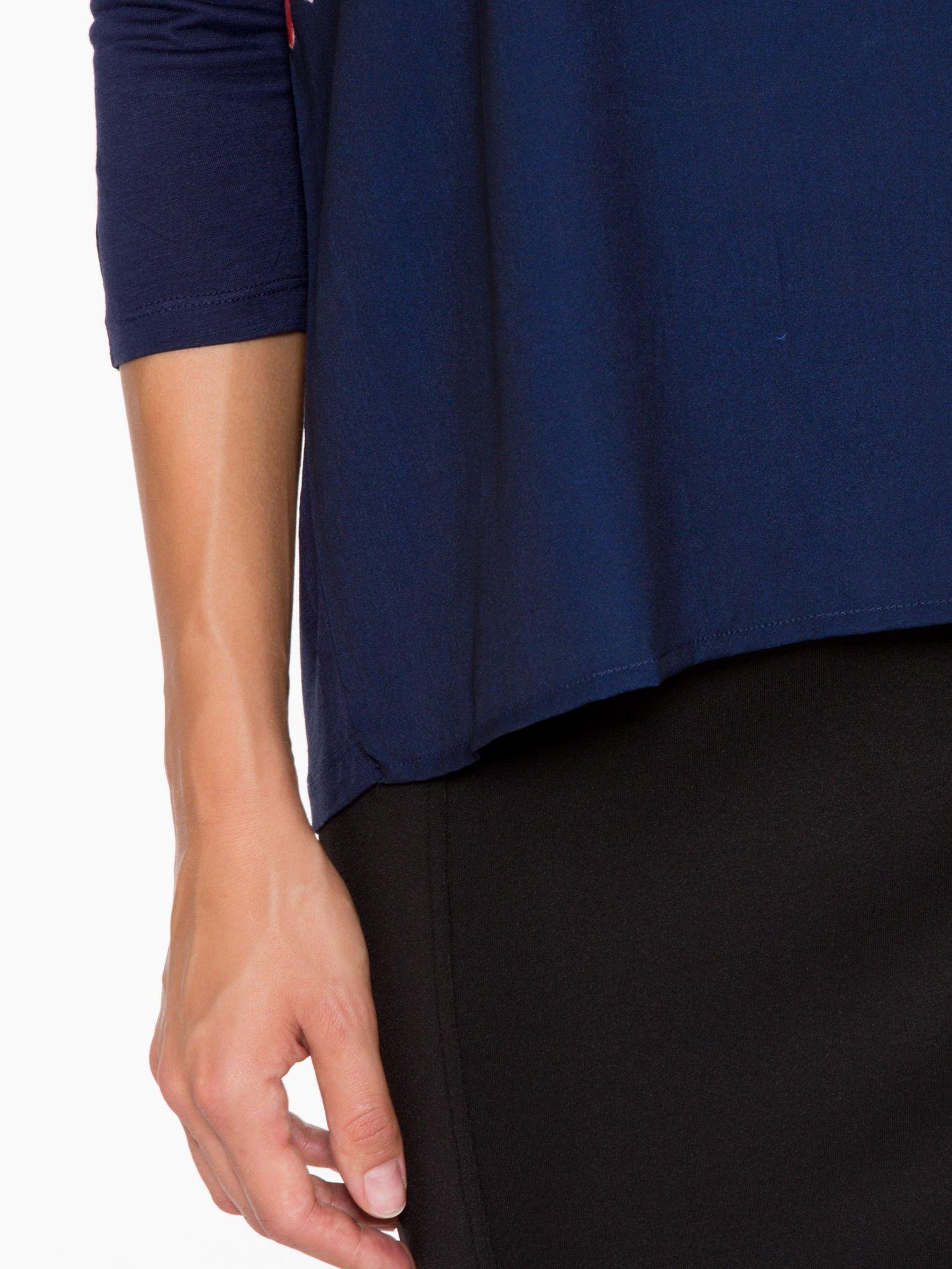 Granatowa bluzka o nietoperzowym kroju z nadrukiem kwiatów                                  zdj.                                  8