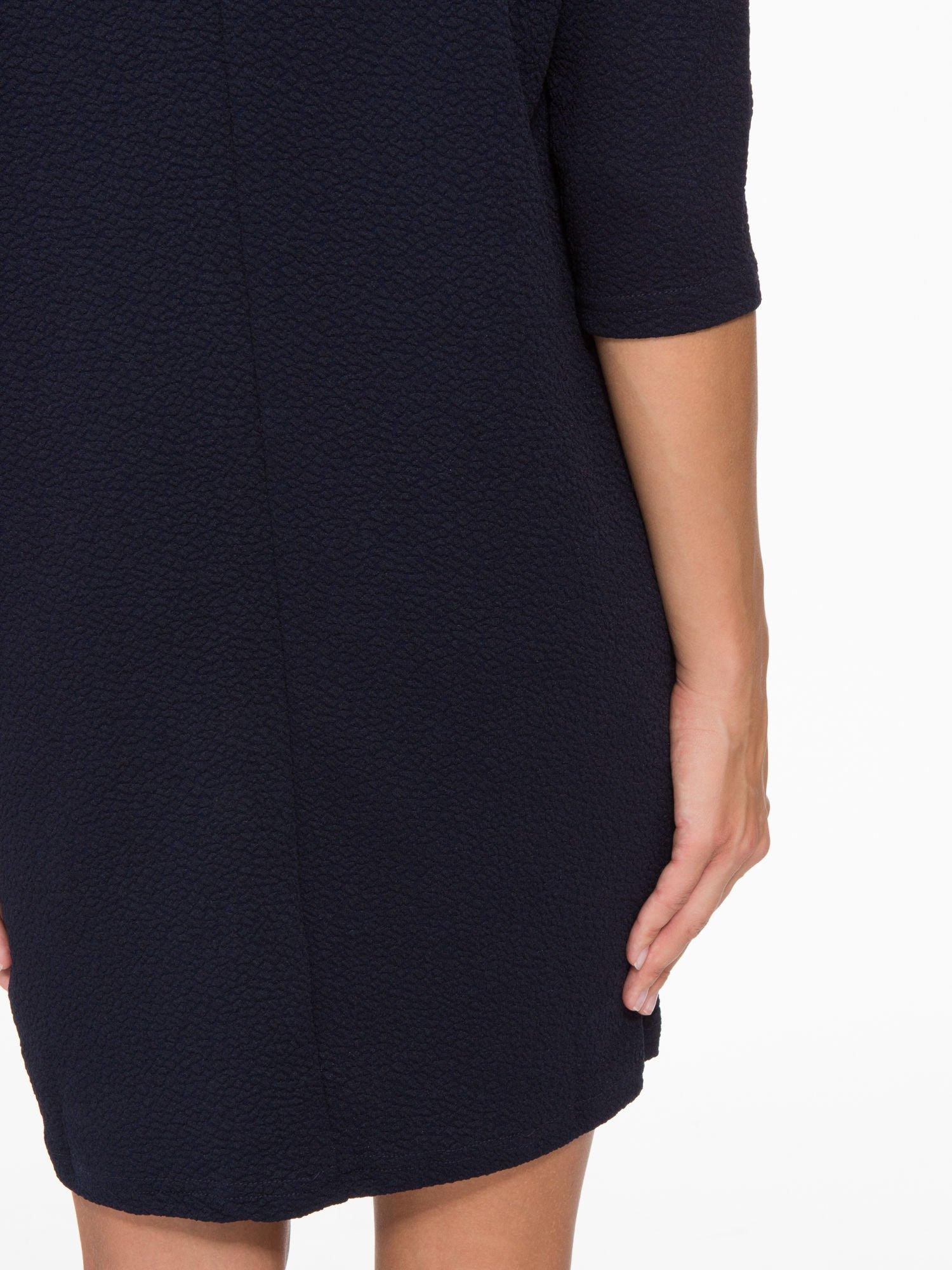 Granatowa fakturowana prosta sukienka ze wstawkami ze skóry                                  zdj.                                  9