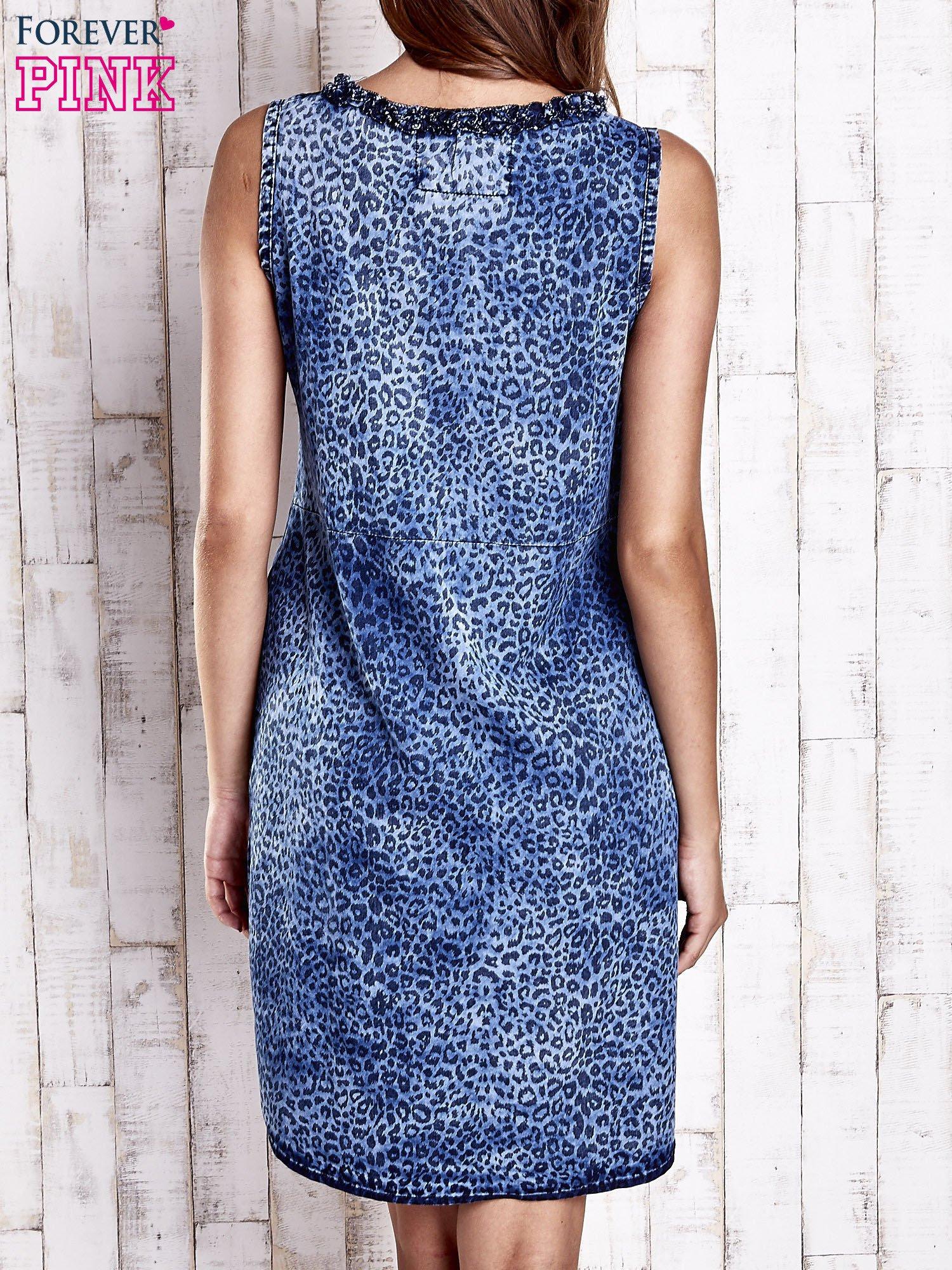 Granatowa jeansowa sukienka z motywem animal print                                  zdj.                                  2
