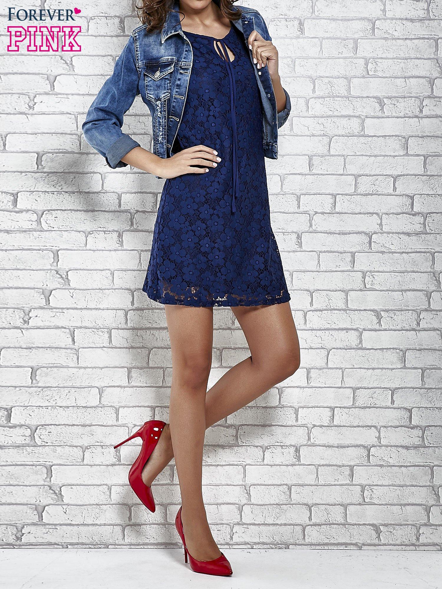 Granatowa koronkowa sukienka z wiązaniem przy dekolcie                                  zdj.                                  5