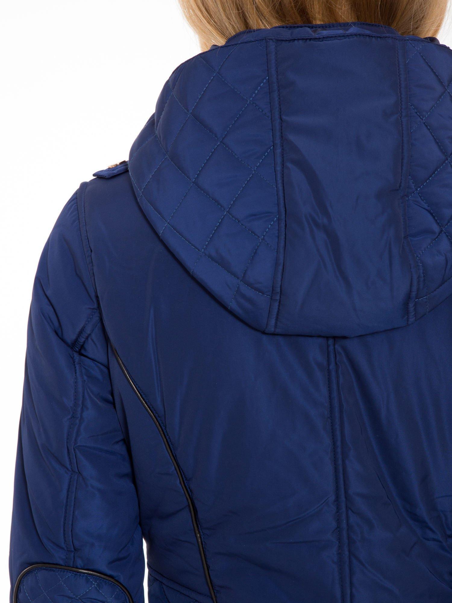 Granatowa kurtka z pikowanymi wstawkami i kontrastową lamówką                                  zdj.                                  8
