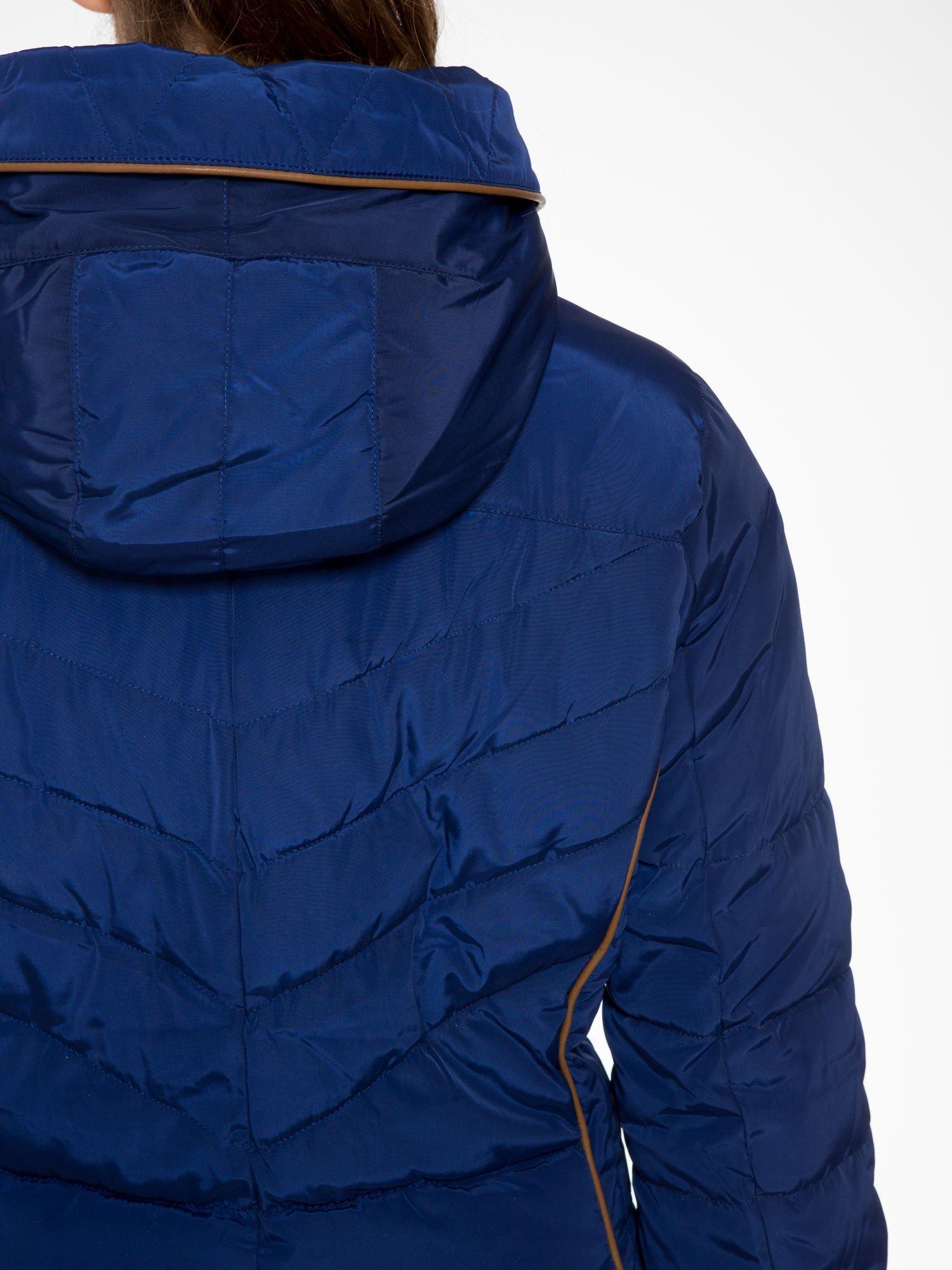 Granatowa kurtka zimowa ze skórzaną lamówką i futrzanym kapturem                                  zdj.                                  10
