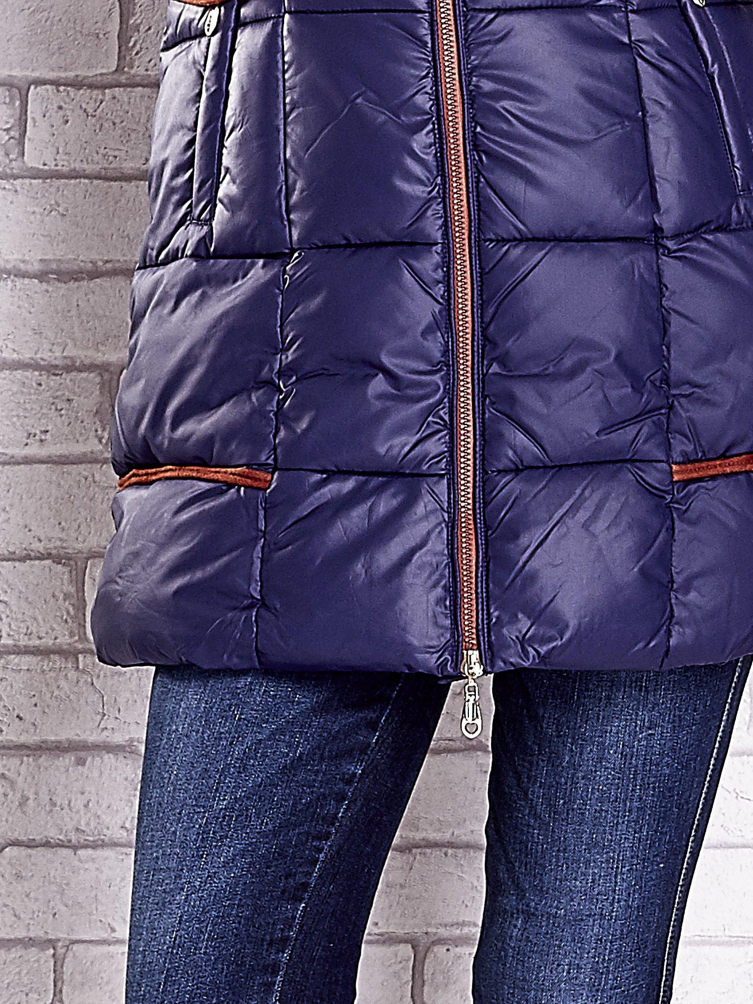 Granatowa ocieplana kurtka z futrzanym wykończeniem kaptura                                  zdj.                                  6