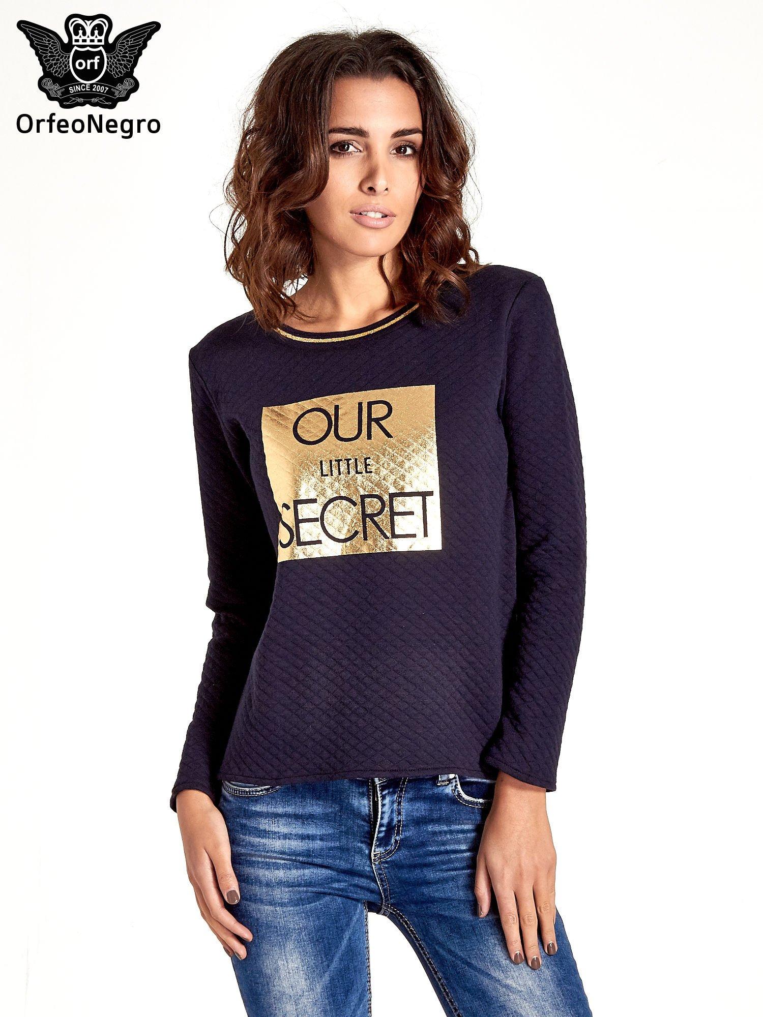 Granatowa pikowana bluza w stylu glamour ze złotym nadrukiem i lamówką                                  zdj.                                  1