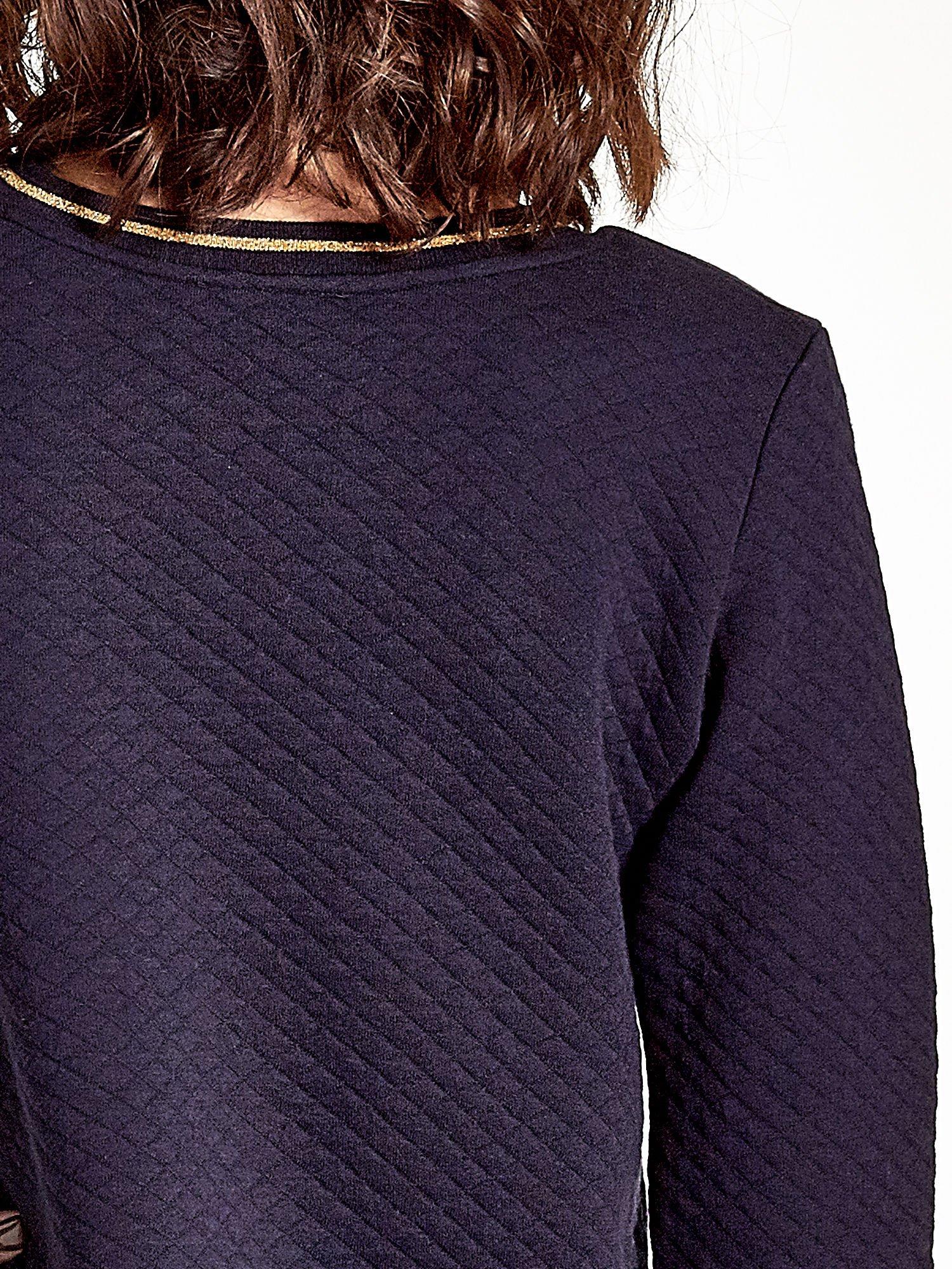 Granatowa pikowana bluza w stylu glamour ze złotym nadrukiem i lamówką                                  zdj.                                  7