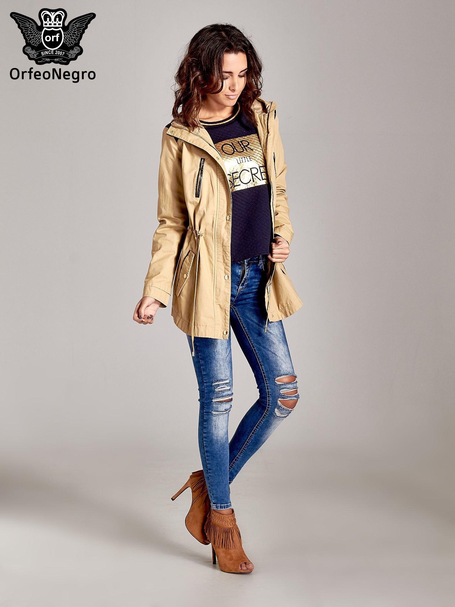 Granatowa pikowana bluza w stylu glamour ze złotym nadrukiem i lamówką                                  zdj.                                  4