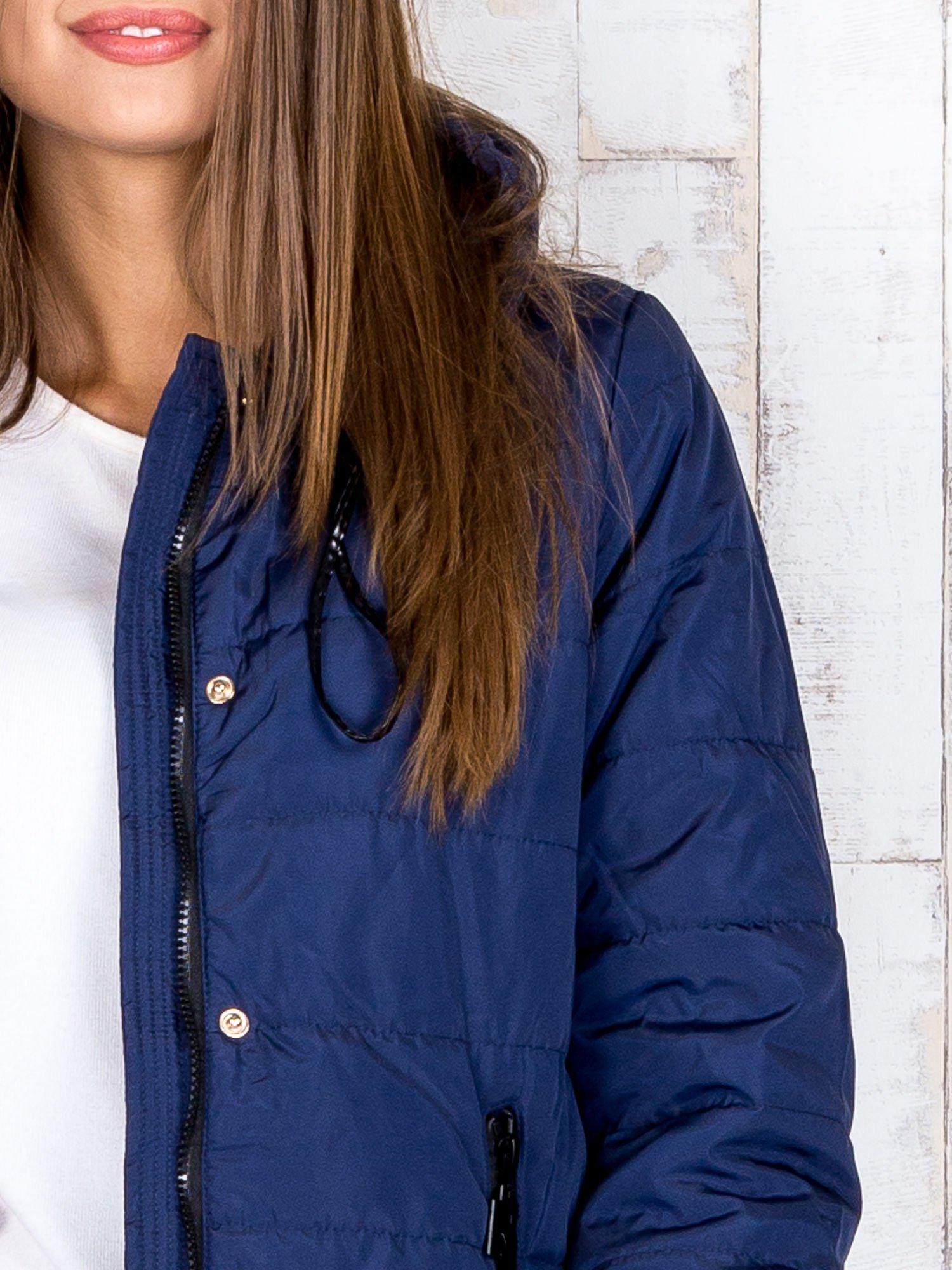 Granatowa przejściowa kurtka puchowa z dłuższym tyłem                                  zdj.                                  8