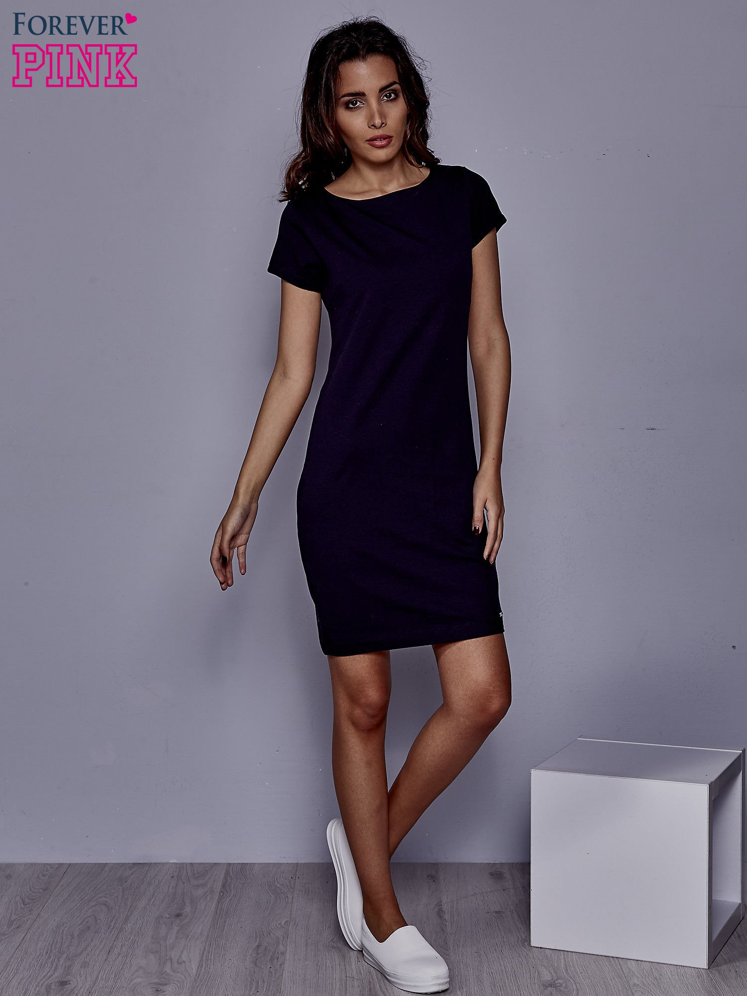 Granatowa sukienka dresowa o prostym kroju                                  zdj.                                  2
