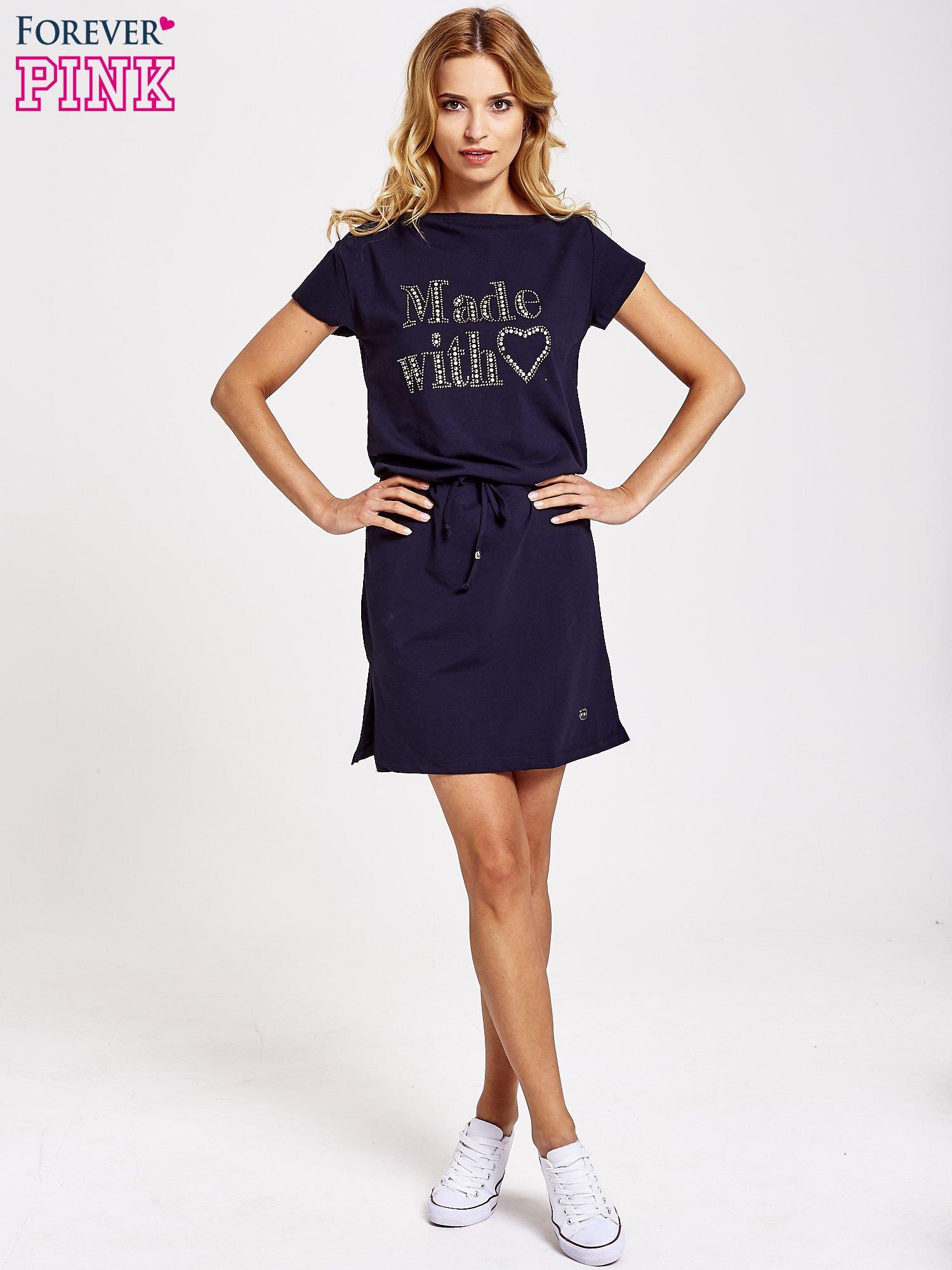 Granatowa sukienka dresowa wiązana w pasie z aplikacją z dżetów                                  zdj.                                  2