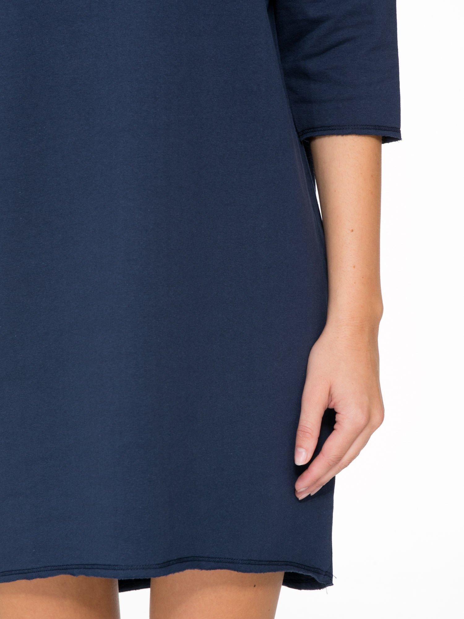 Granatowa sukienka oversize z surowym wykończeniem                                  zdj.                                  7