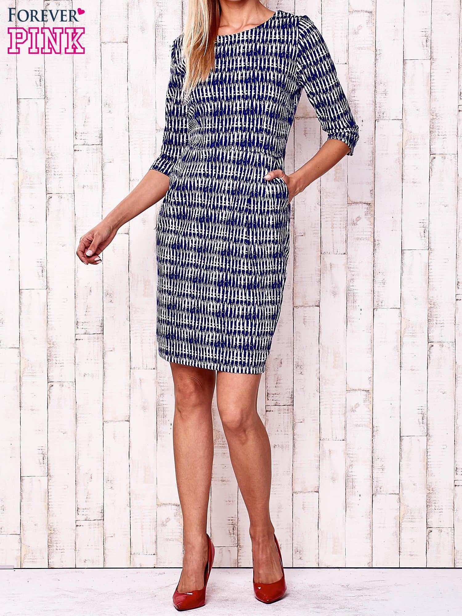 Granatowa sukienka w graficzne wzory z rękawem 3/4                                  zdj.                                  2
