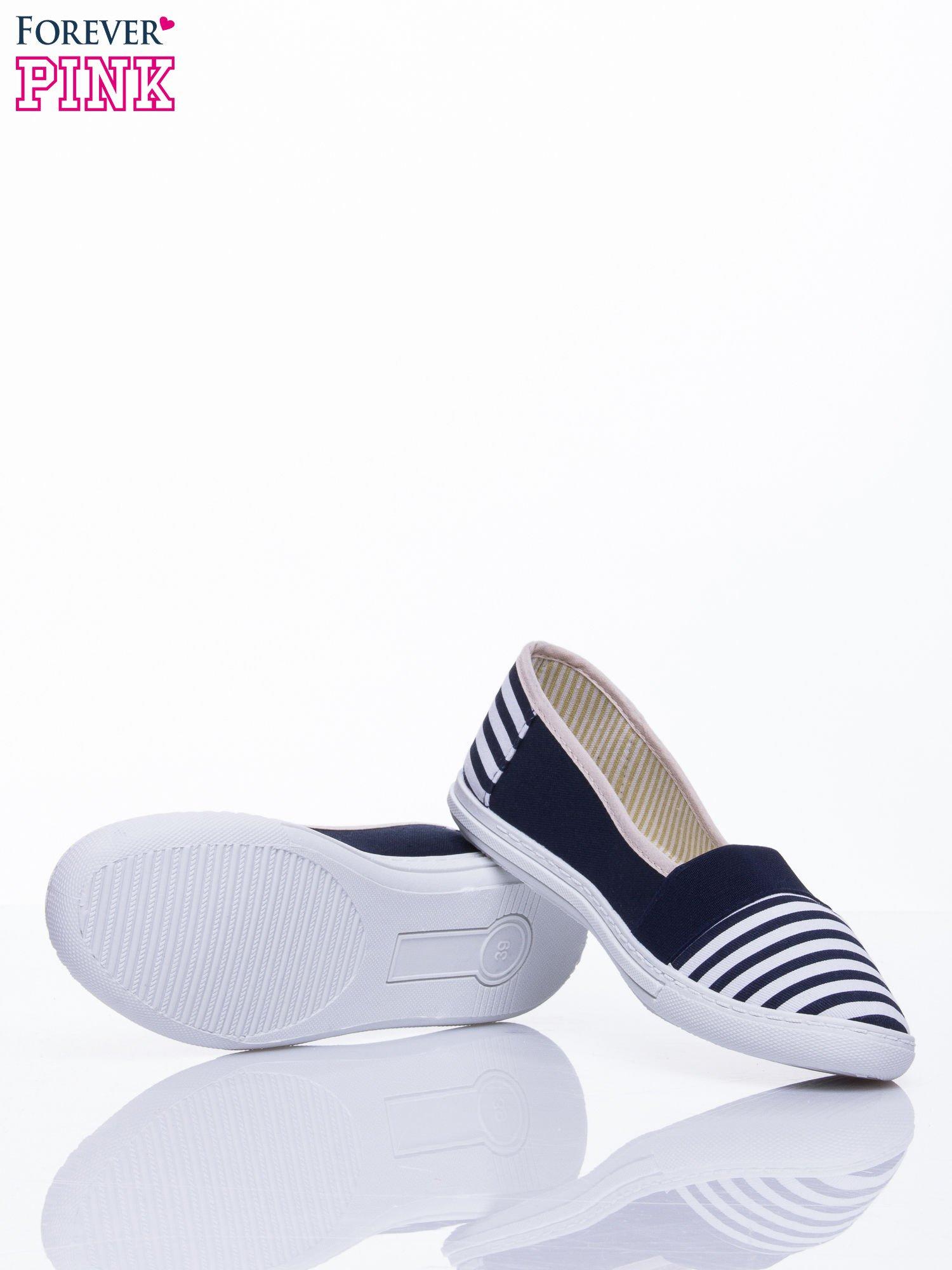Granatowe buty sliponki w paski                                  zdj.                                  5