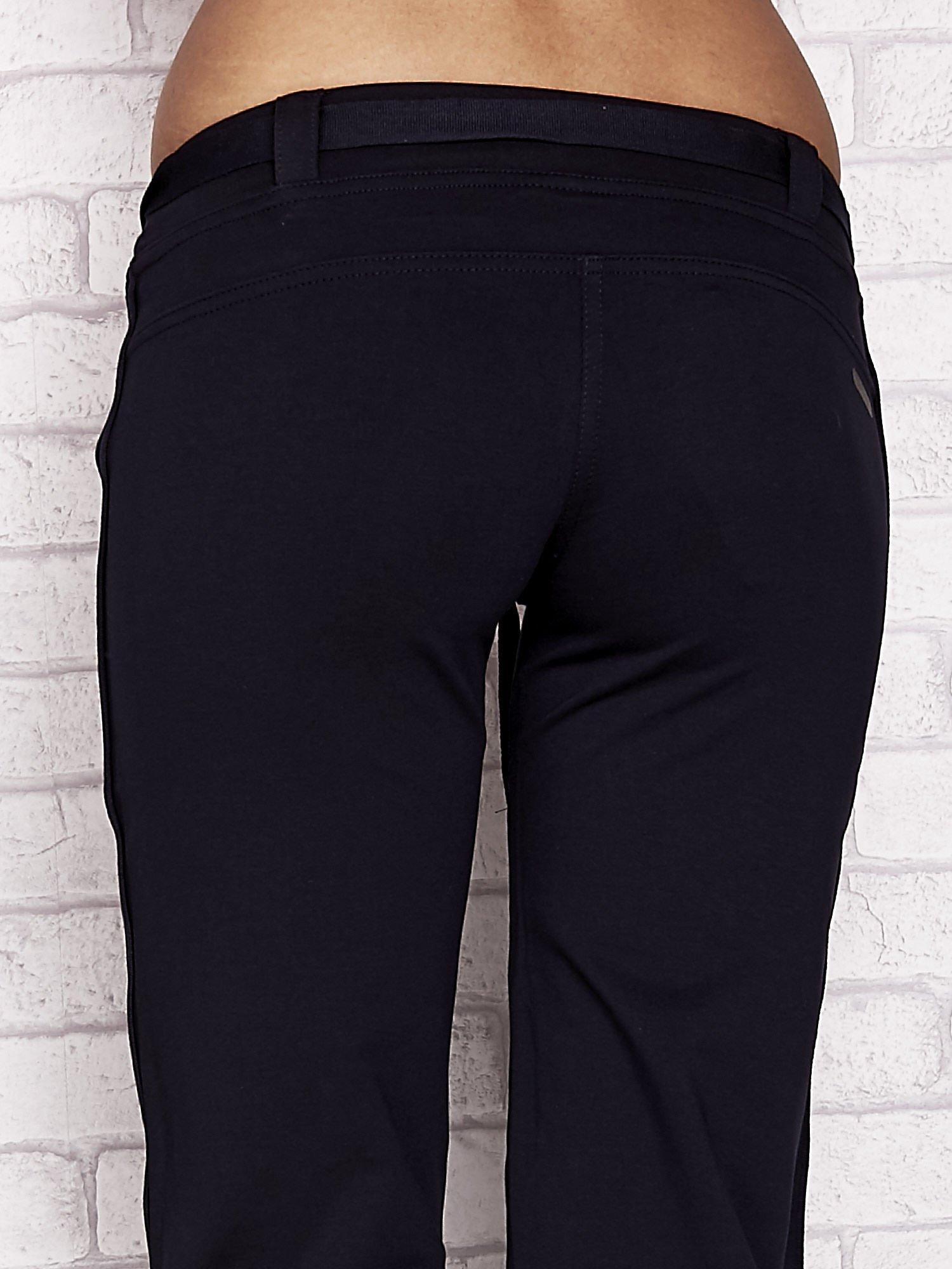 Granatowe dresowe spodnie capri z materiałowym paskiem                                  zdj.                                  6