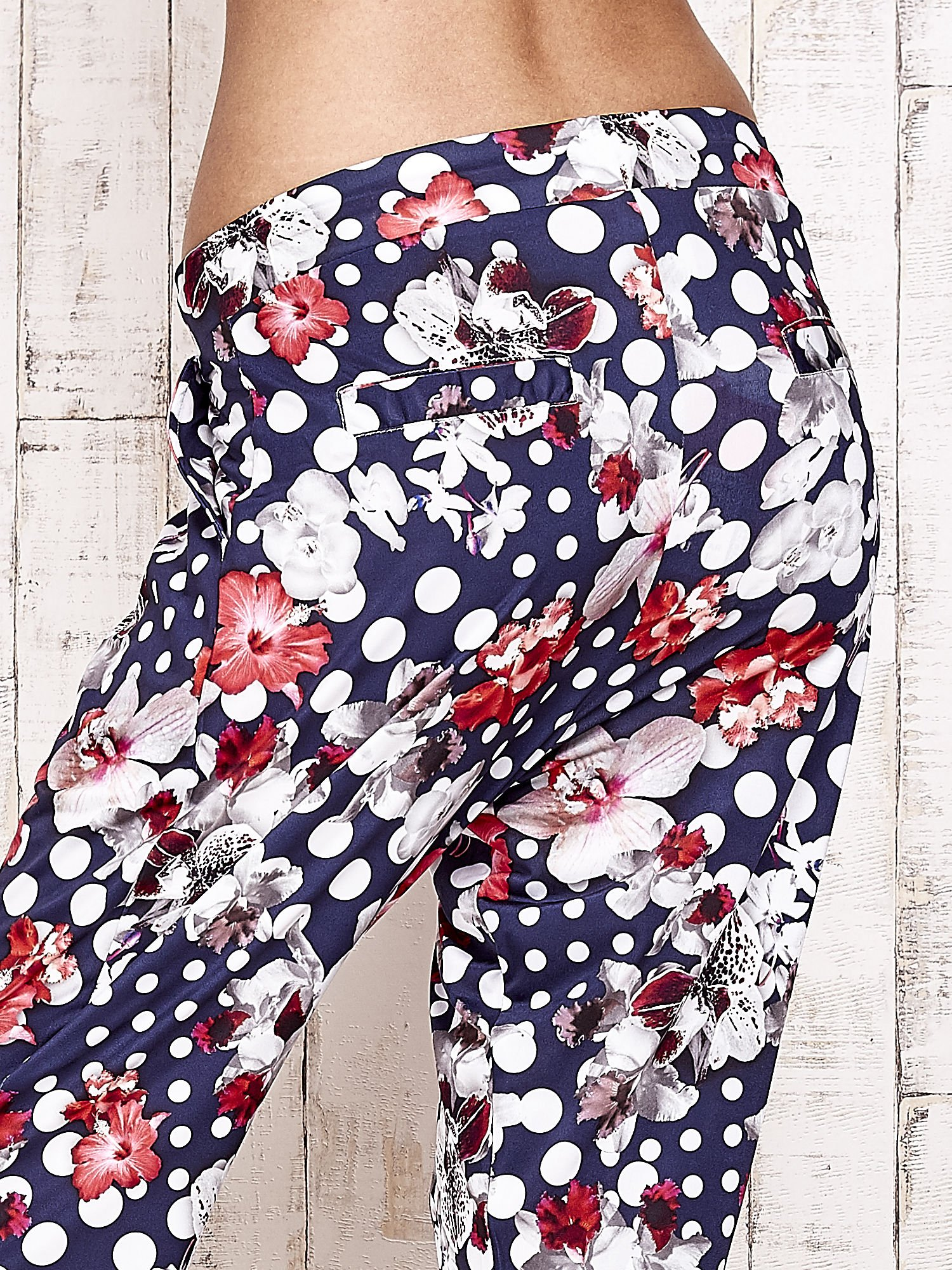 Granatowe lejące spodnie z motywem grochów i kwiatów                                  zdj.                                  7