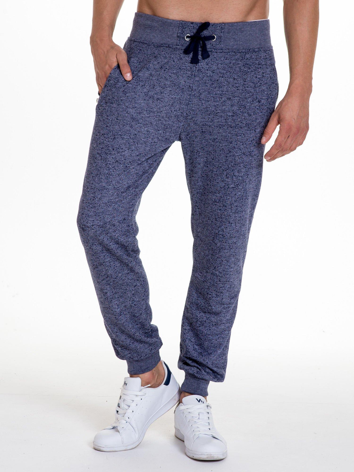 Granatowe melanżowe spodnie męskie z kieszeniami na suwak                                  zdj.                                  1