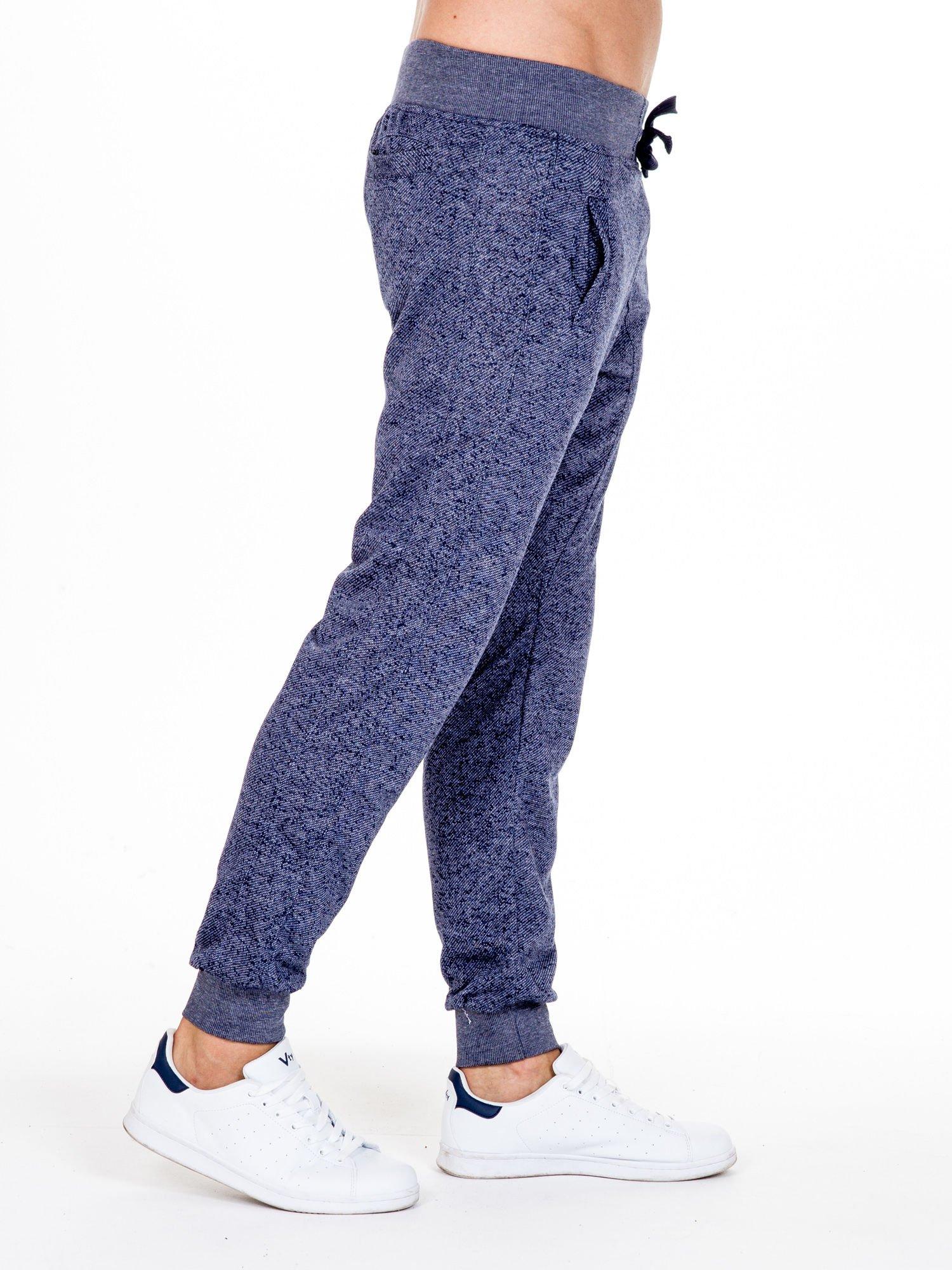 Granatowe melanżowe spodnie męskie z trokami i kieszeniami                                  zdj.                                  3