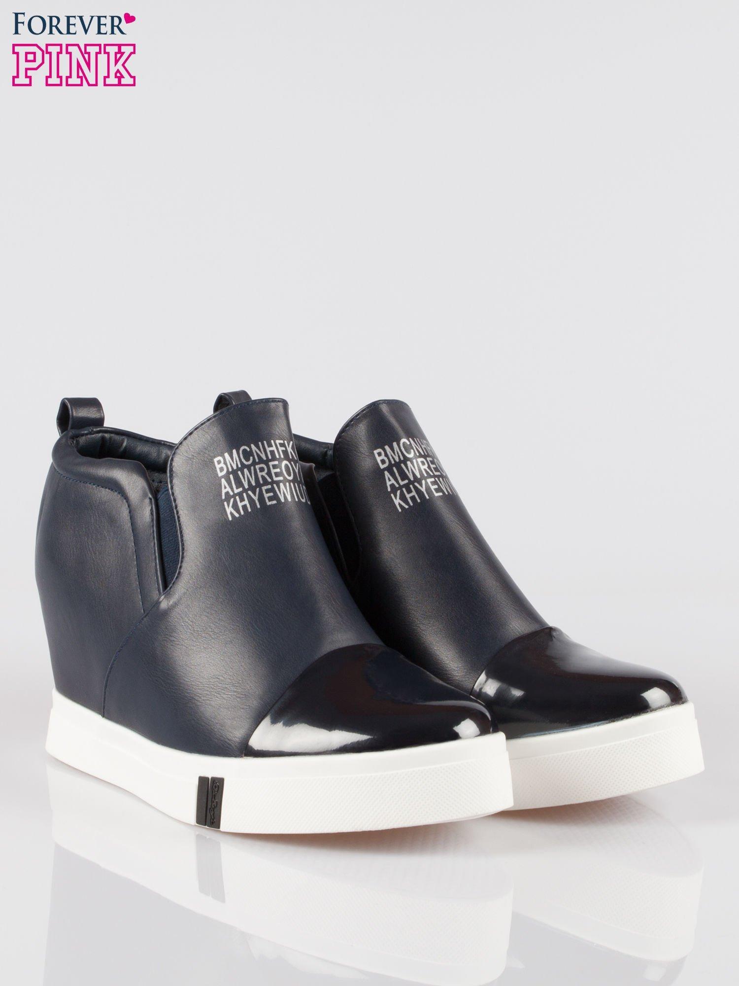 Granatowe sneakersy trampki na koturnie z lakierowanym czubkiem                                  zdj.                                  2
