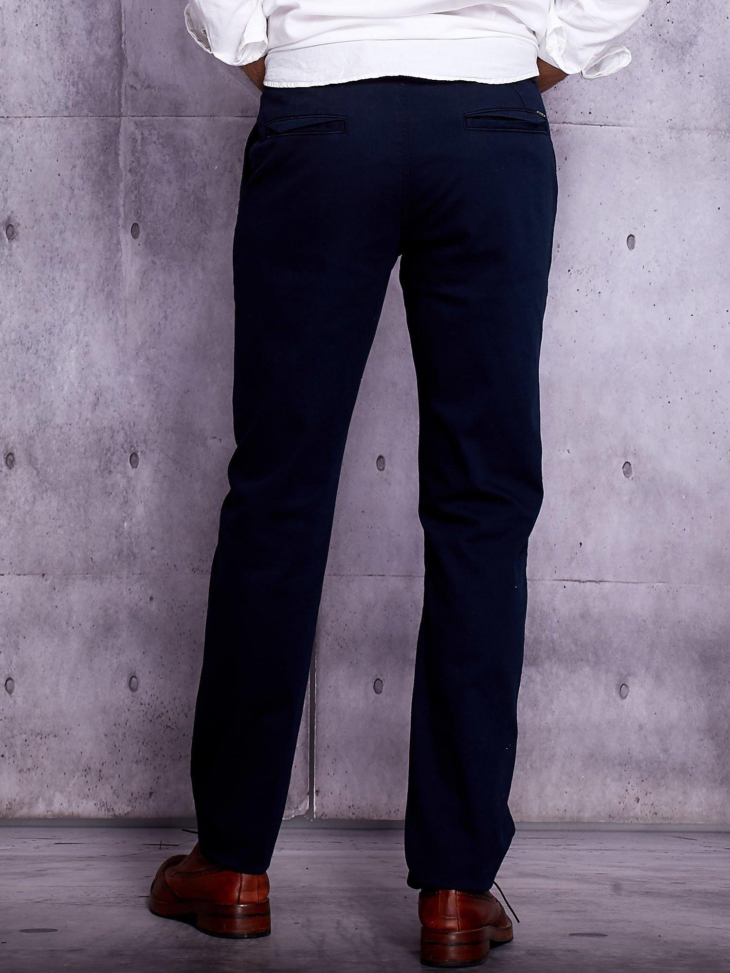 d18b843a4e8df Granatowe spodnie chinosy męskie - Mężczyźni Spodnie z materiału ...
