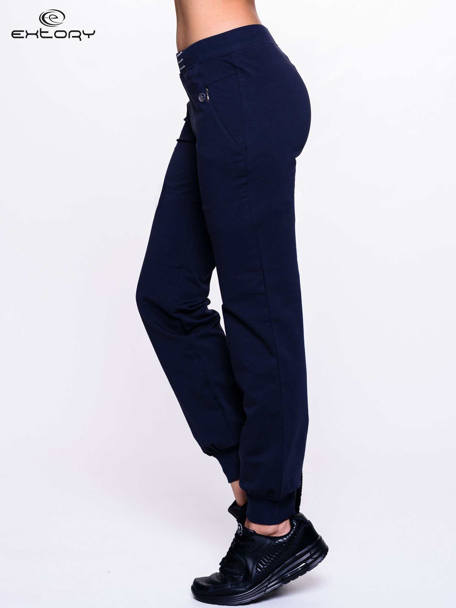 Granatowe spodnie dresowe z elastyczną gumką w pasie PLUS SIZE                                  zdj.                                  3
