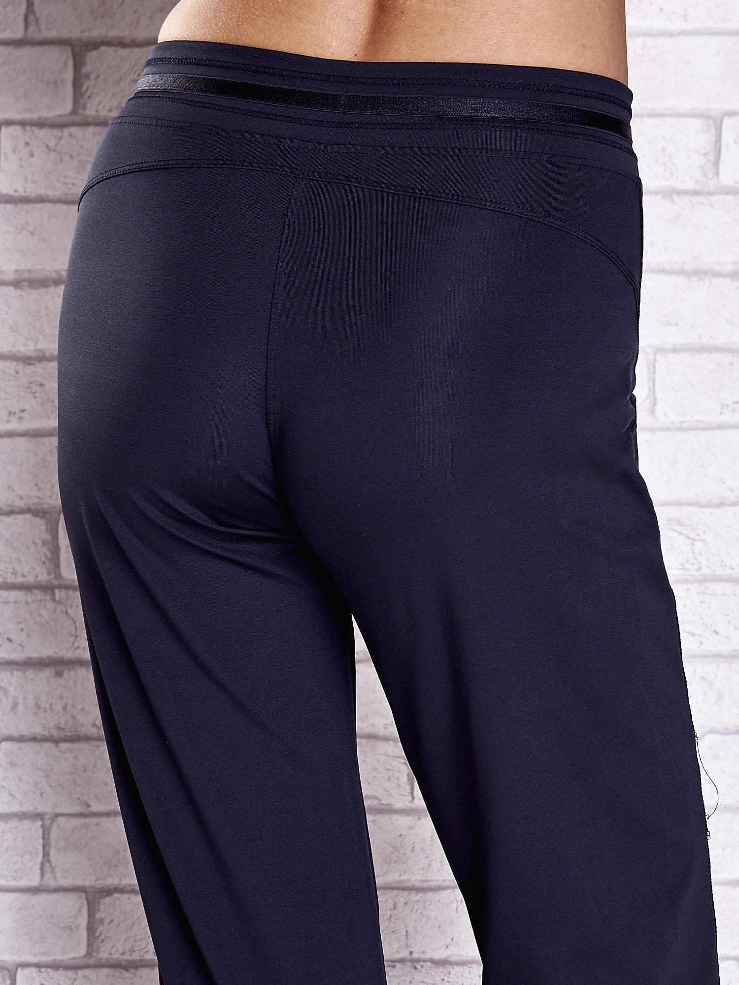 Granatowe spodnie dresowe z guziczkami                                  zdj.                                  6