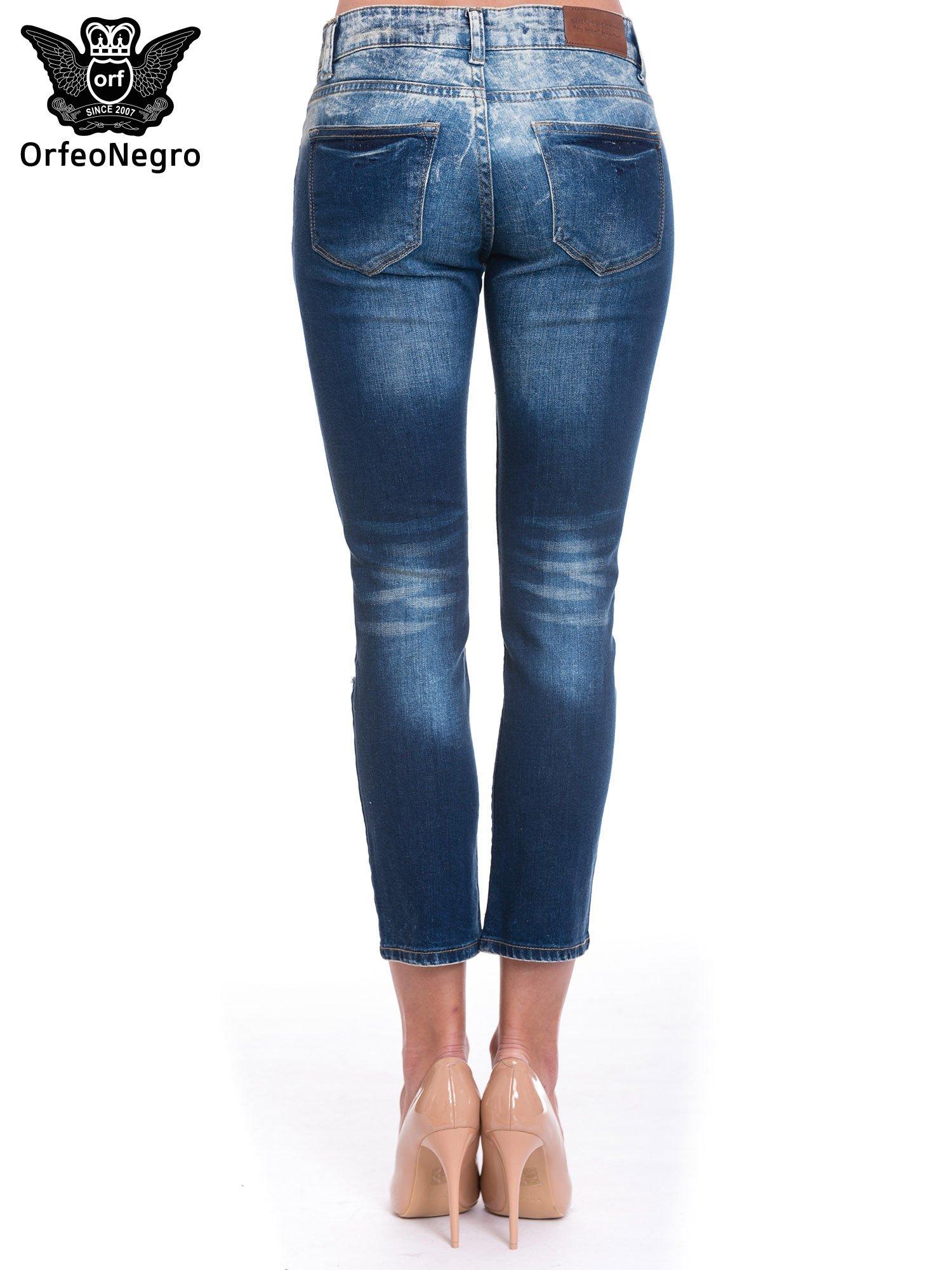 Granatowe spodnie skinny jeans z dziurami                                  zdj.                                  4